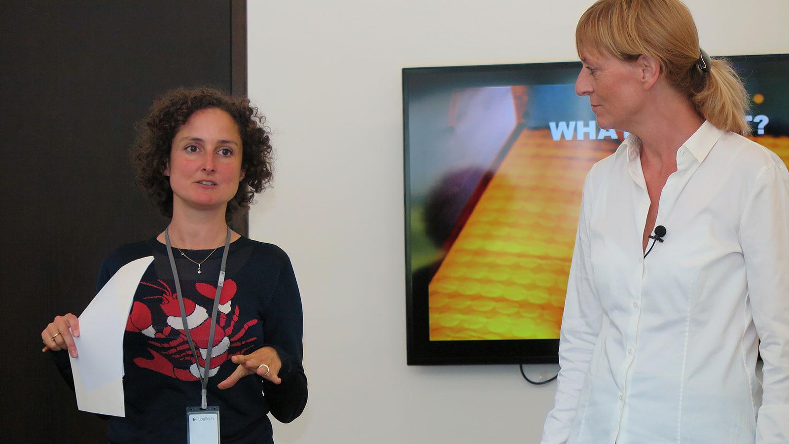 Juliette Legrand (til venstre), direktør for PR og sosiale medier, her sammen med Charlotte Johs, direktør for global merkevareutvikling i Logitech. Sammen forsøker de å profilere logi som et mer offensivt og fargerikt selskap enn «gamle» Logitech. Foto: Espen Irwing Swang, Tek.no