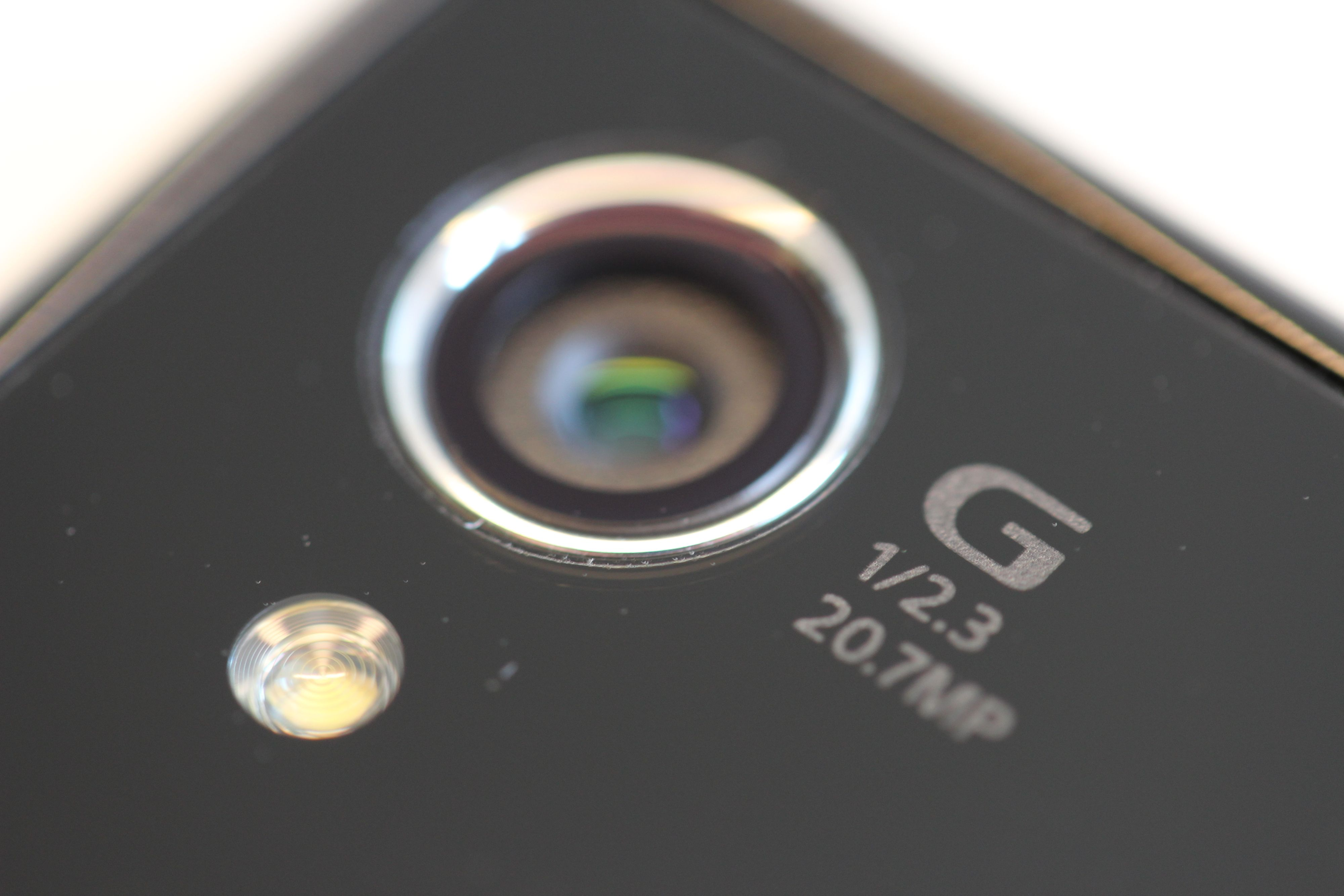 En ny type optikk kombinert med en stor bildebrikke og smart bildebehandling gir et mobilkamera som overgår alt vi har sett i mobiltelefoner til nå. Foto: Espen Irwing Swang, Amobil.no