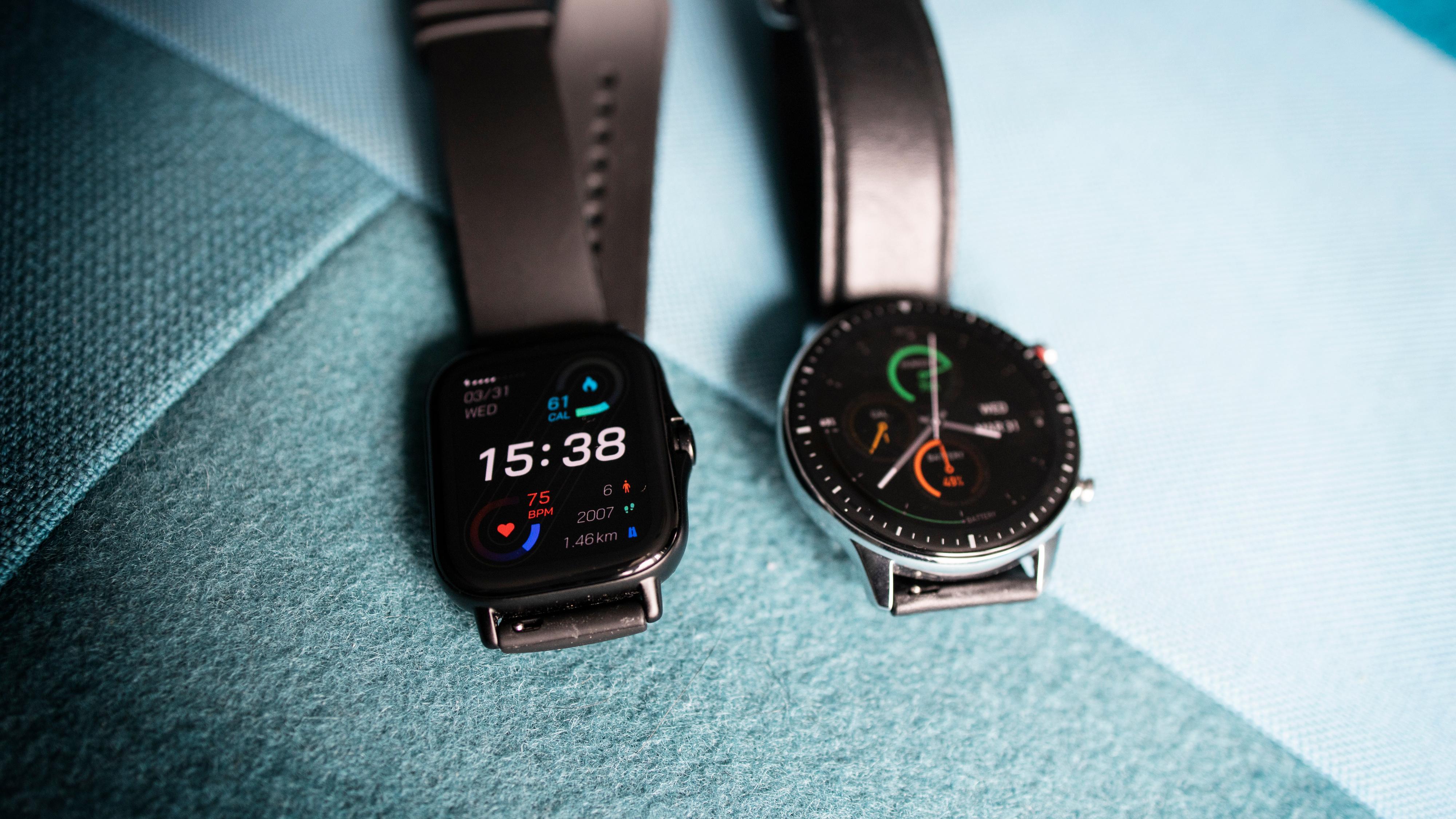 Amazfit GTS 2 (til venstre) og GTR 2 er i praksis samme klokke, men med ulik utforming og ulik batteritid.