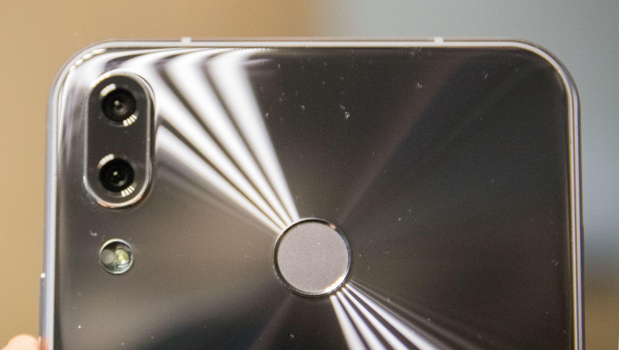 De doble kameraene kan brukes til å både ta bilder med forskjellige utsnitt, eller for å ta bedre portrettbilder.
