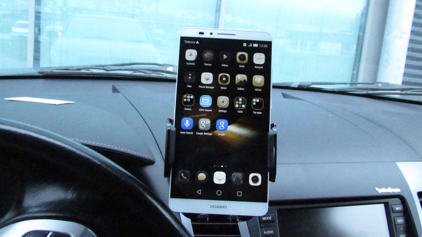 Telefonen er stor nok til å være lettlest i bilholderen.