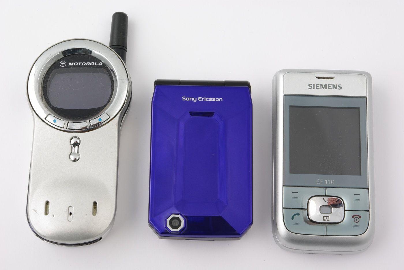Faktisk måtte vi grave litt i skuffen for å finne mobiler som var små nok for sammenligning.
