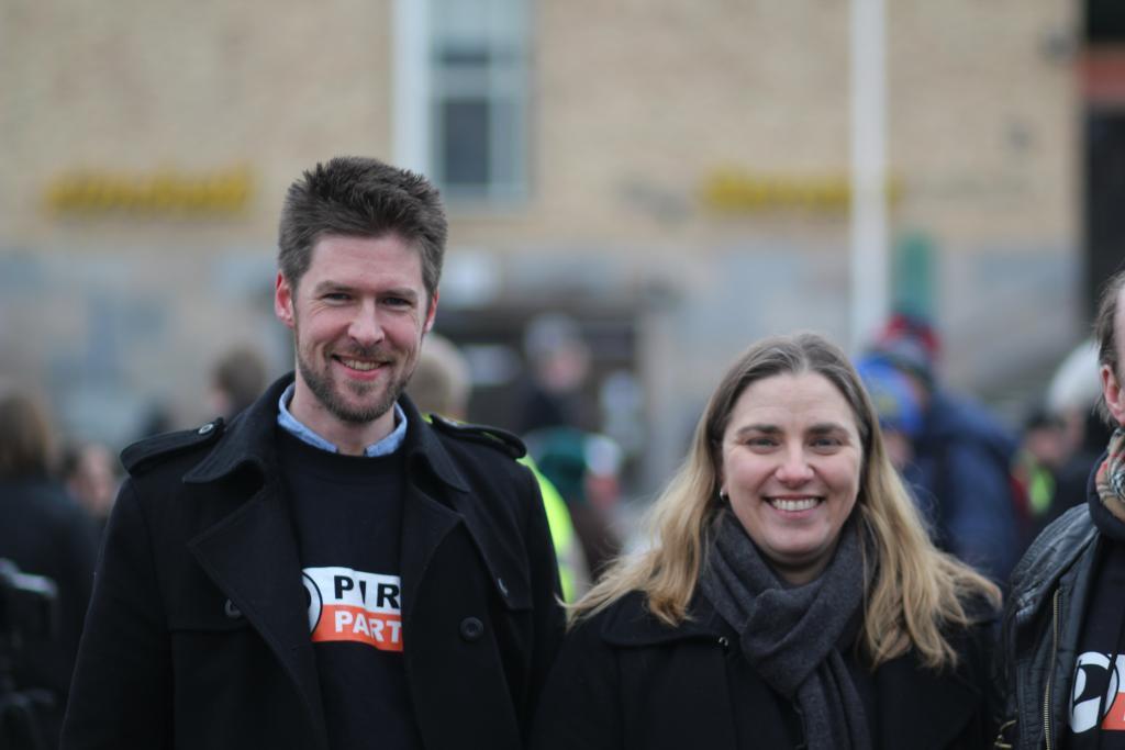 Styremedlem Øystein Middelthun overtar stafettpinnen fra sitt svenske søsterparti. Her med Anna Troberg, leder av Piratpartiet i Sverige.Foto: Piratpartiet