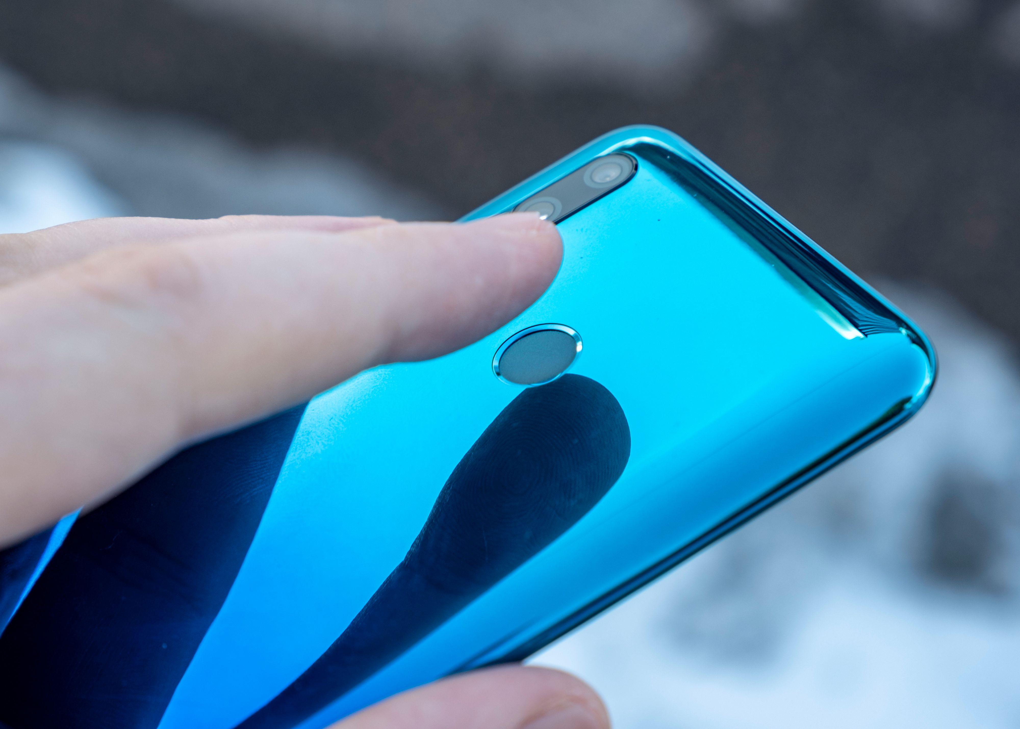 Fingerleseren er midt på baksiden. En bakside som er i plast, selv om Huawei selv sier den skal likne på keramisk materiale.