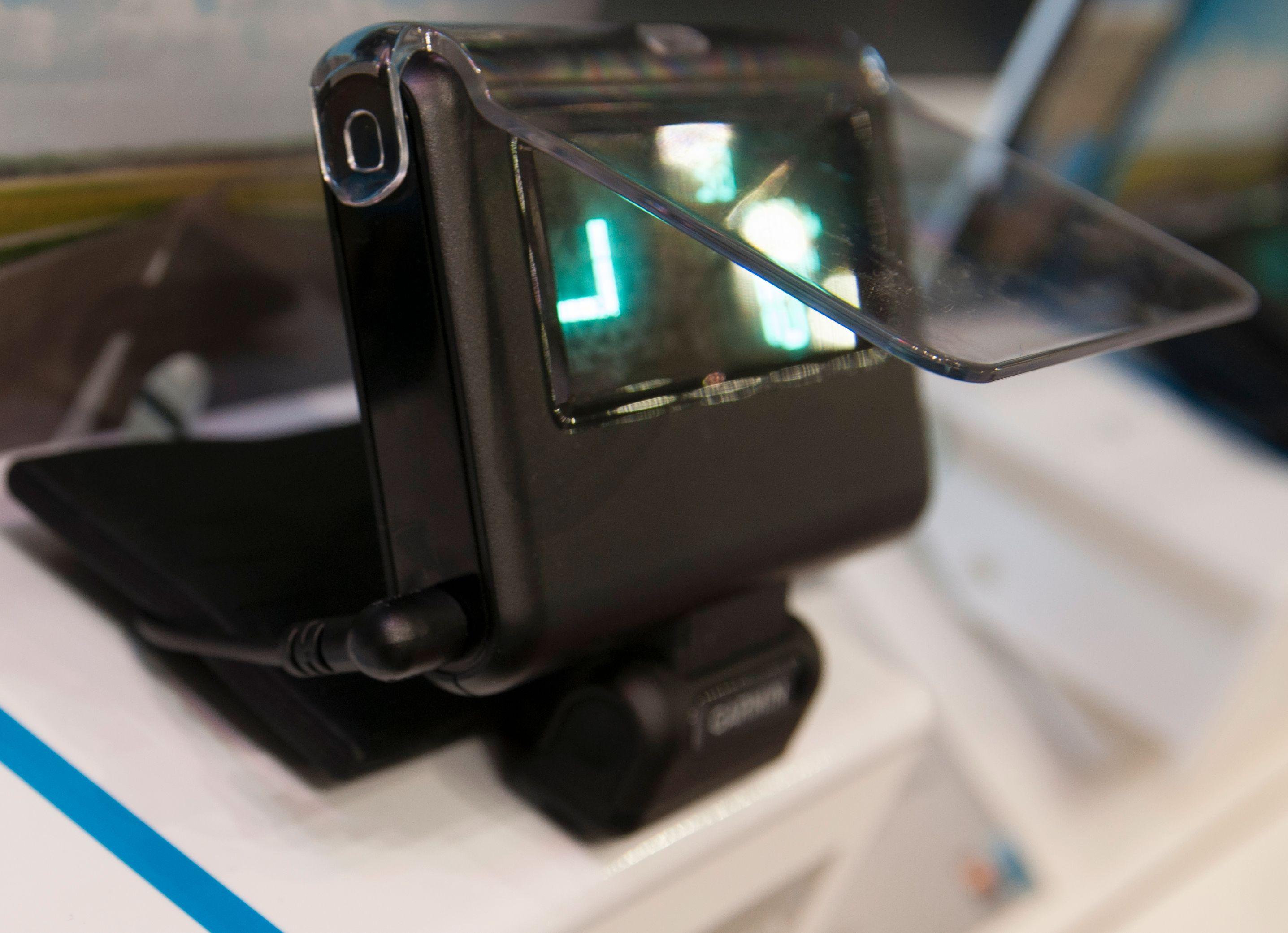 Dingsen justerer selv lysstyrken, slik at den fungerer også på dagtid. Vinkelen mot dashbordet er justerbar, slik at den virker både om ruten går rett opp eller om den skrår bakover.Foto: Finn Jarle Kvalheim, Amobil.no