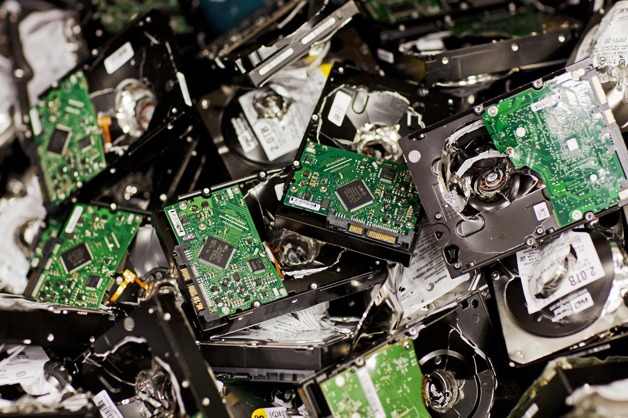 Alle brukte harddisker blir knust, for å holde brukerdata trygge.Foto: Google/Connie Zhou