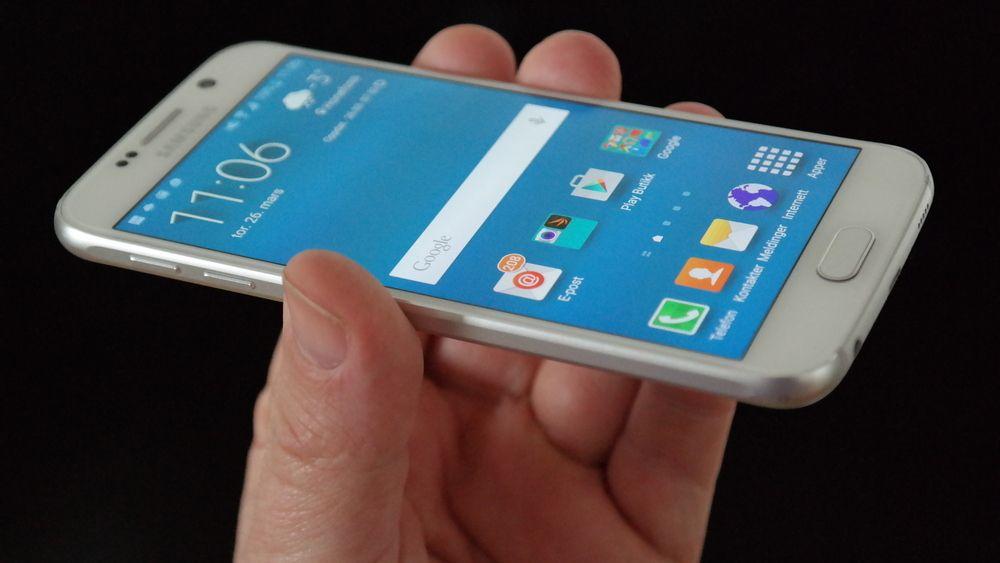 Samsung forsøker med sin Galaxy S6 å vinne brukere over fra Apple, men metalldesignet ser ikke ut til å ha så stor effekt. Foto: Espen Irwing Swang, Tek.no