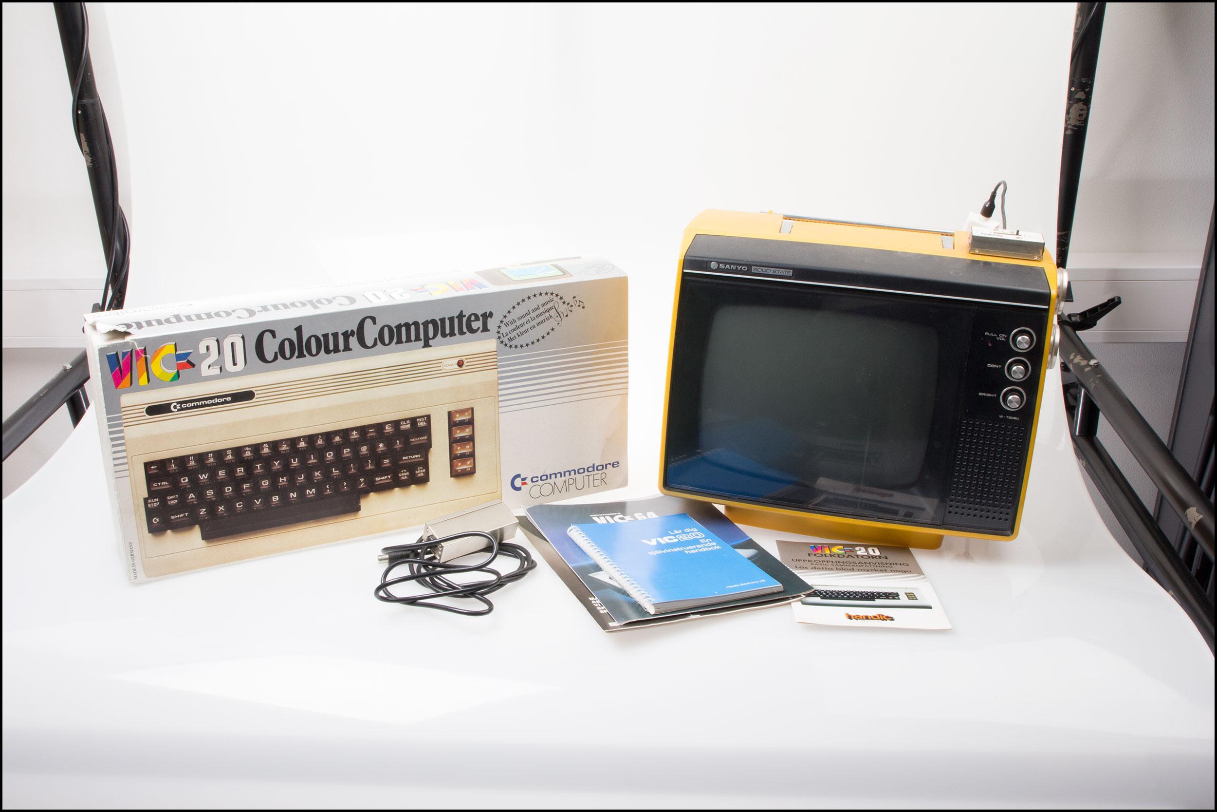 Alt utstyret som ble kjøpt på auksjon. VIC 20, instruksjonsmanualer og en dedikert skjerm.Foto: Jørgen Elton Nilsen, Hardware.no