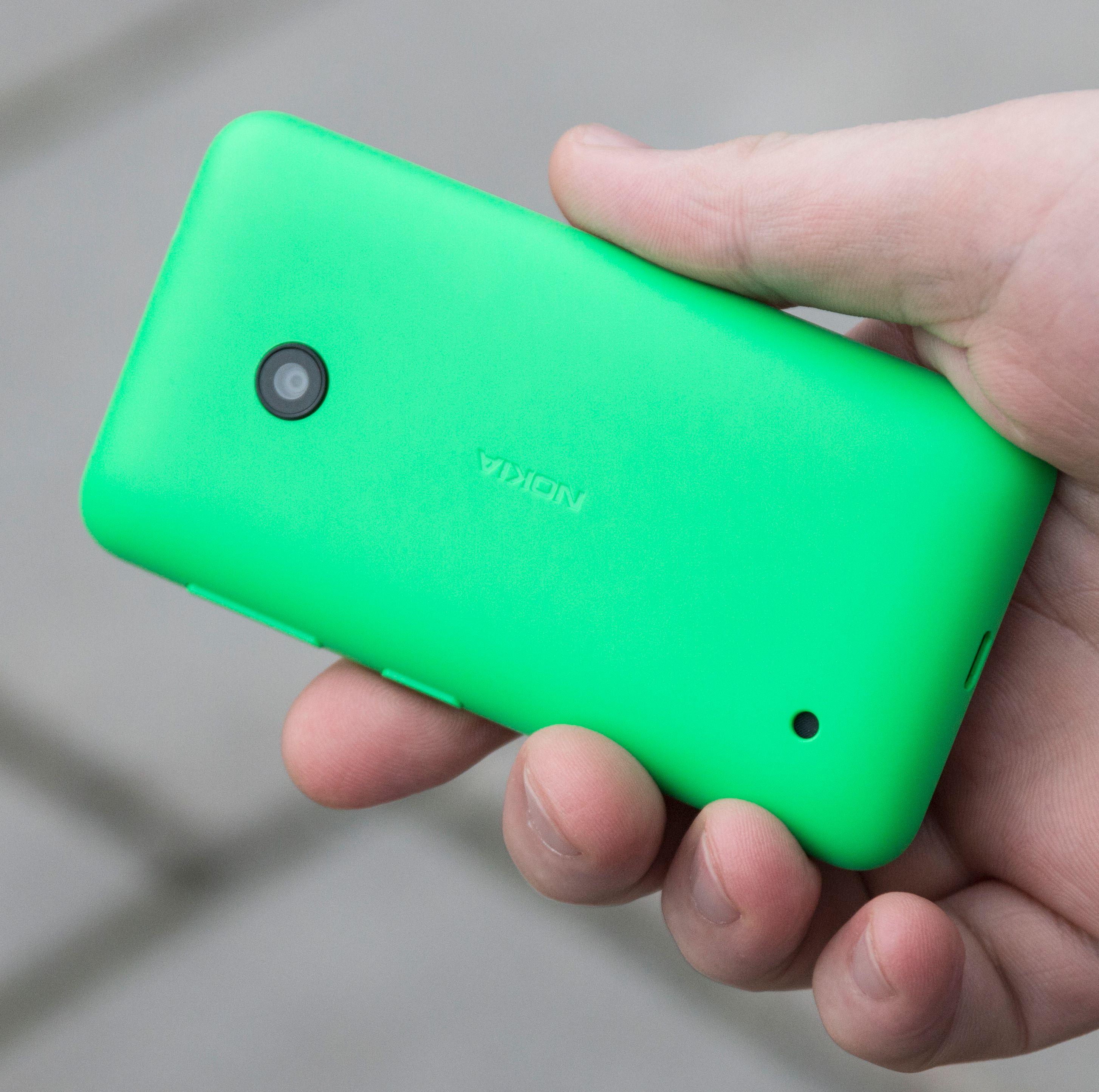 Bakdekselet er laget i tykk «leketøysplast». Den virker solid nok, men gir ikke det samme kvalitetsinntrykket som andre Lumia-modeller.Foto: Kurt Lekanger, Tek.no