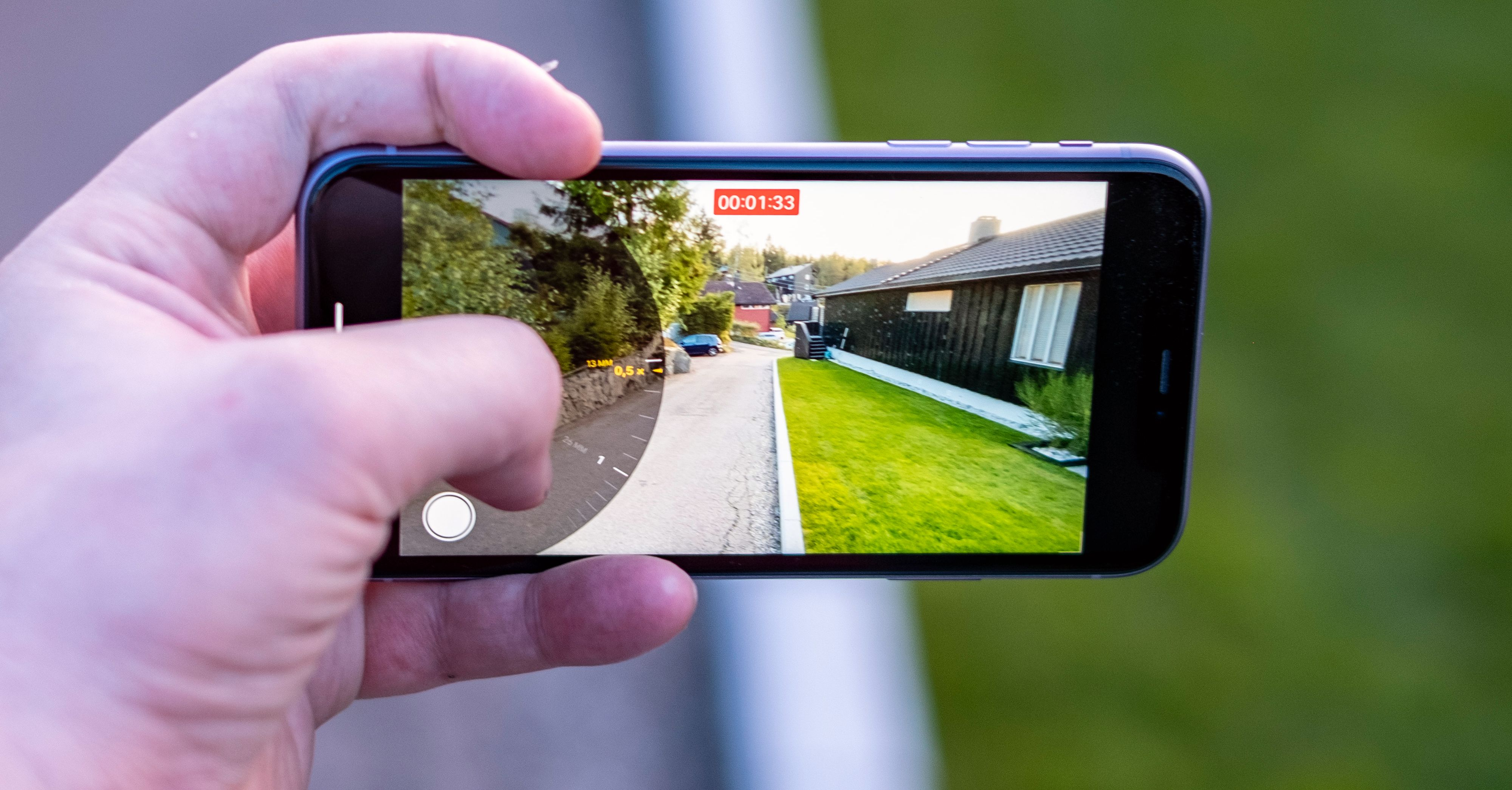 Når du filmer kan du zoome inn og ut fra vidvinkel til 3x zoom også med vanlig iPhone 11, selv om den ikke har optisk 2x-kamera. Det betyr at en større del av zoom-området er digitalt, men for det meste blir kvaliteten likevel helt grei i for eksempel video.
