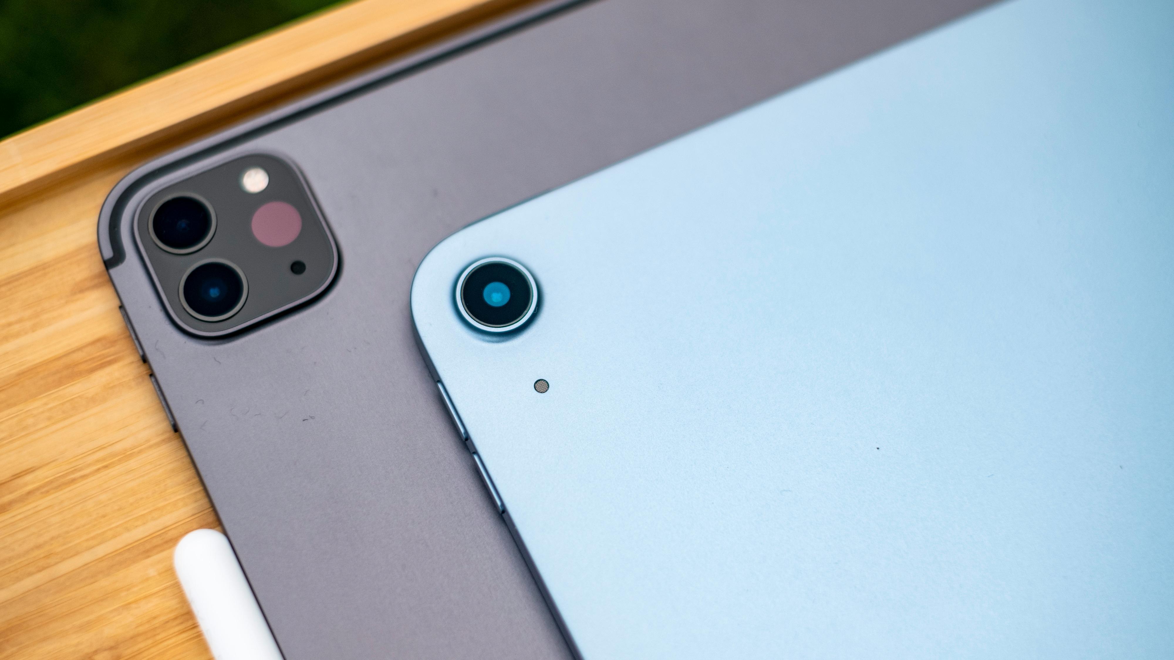 iPad Pro nederst har et ekstra vidvinkelkamera og en LIDAR-sensor som gir den rask oversikt over sine omgivelser i 3D til for eksempel rask fokusering eller utvidet virkelighet (AR). iPad Air har «bare» et kamera, men kameraet fungerer godt nok - og den kan fortsatt bruke AR-funksjoner.