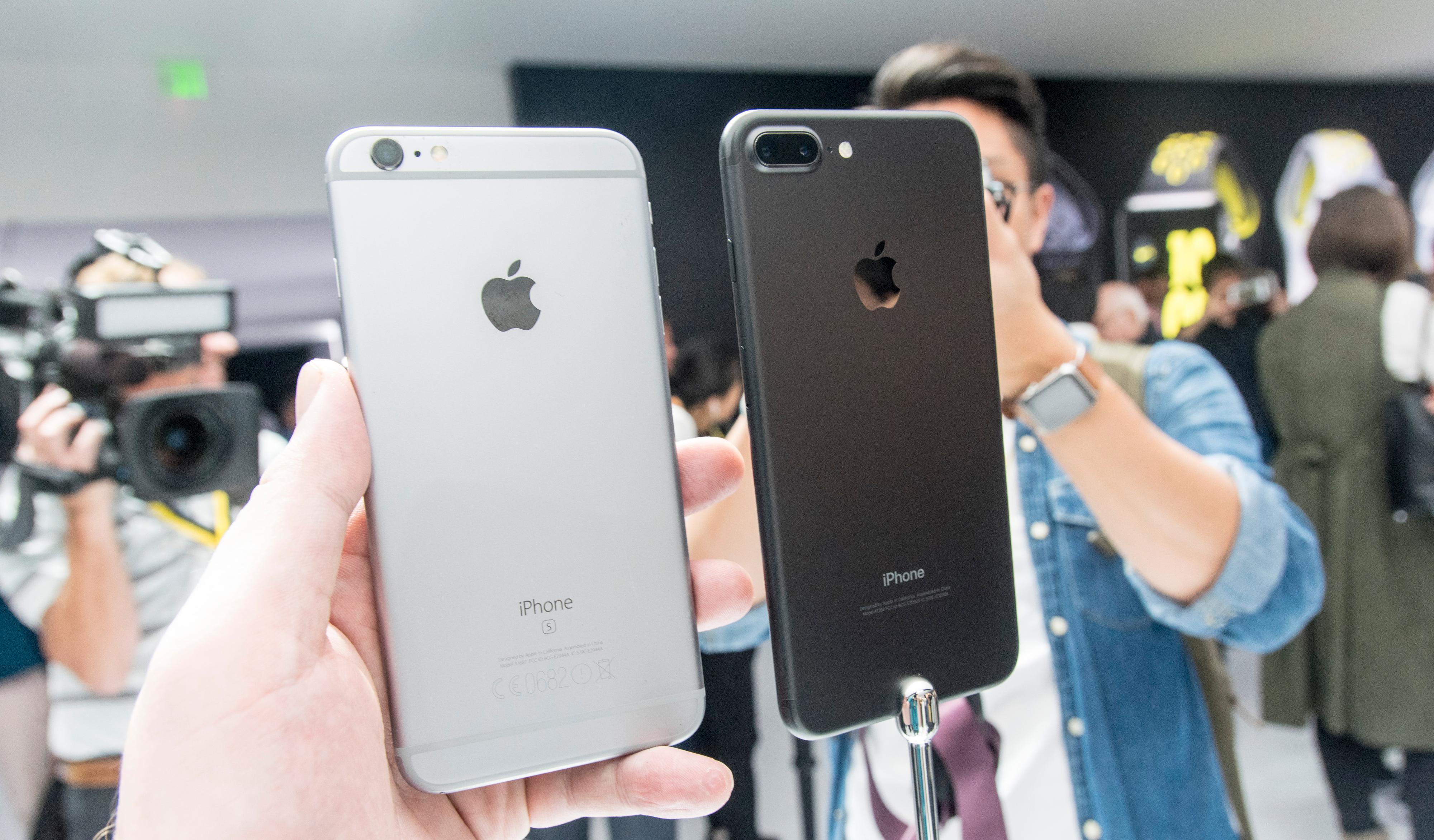 iPhone 6S Plus til venstre, iPhone 7 Plus til høyre.