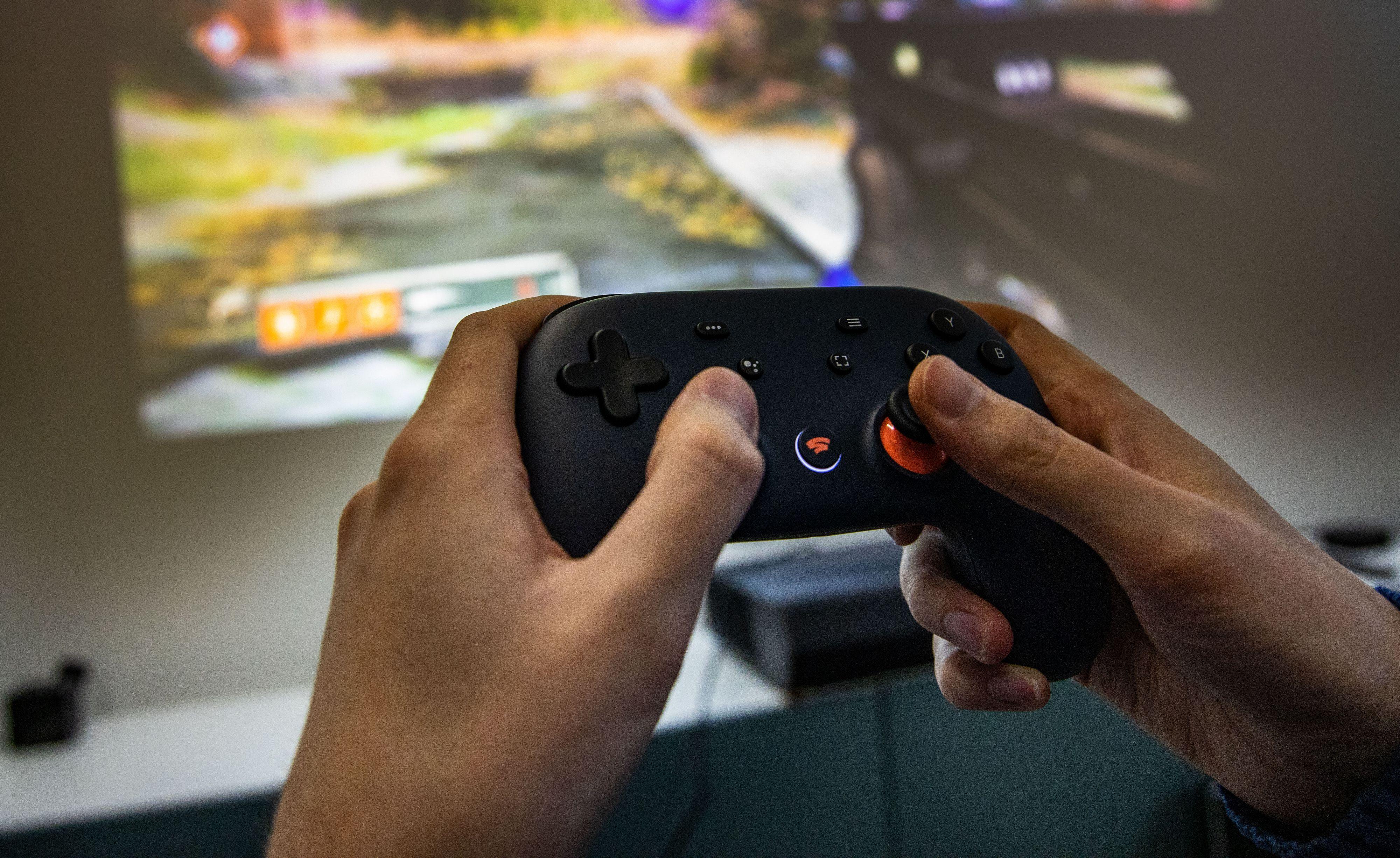 Google Stadia kan spilles med selskapets håndkontroller, men også med mus/tastatur, eller en PS4 eller Xbox One-kontroller via PC-en.