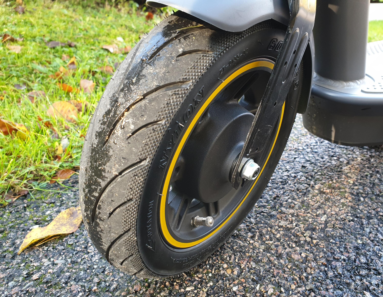 Forhjulet, nå uten pynteskjold og refleks. Men med muttere skikkelig på plass.