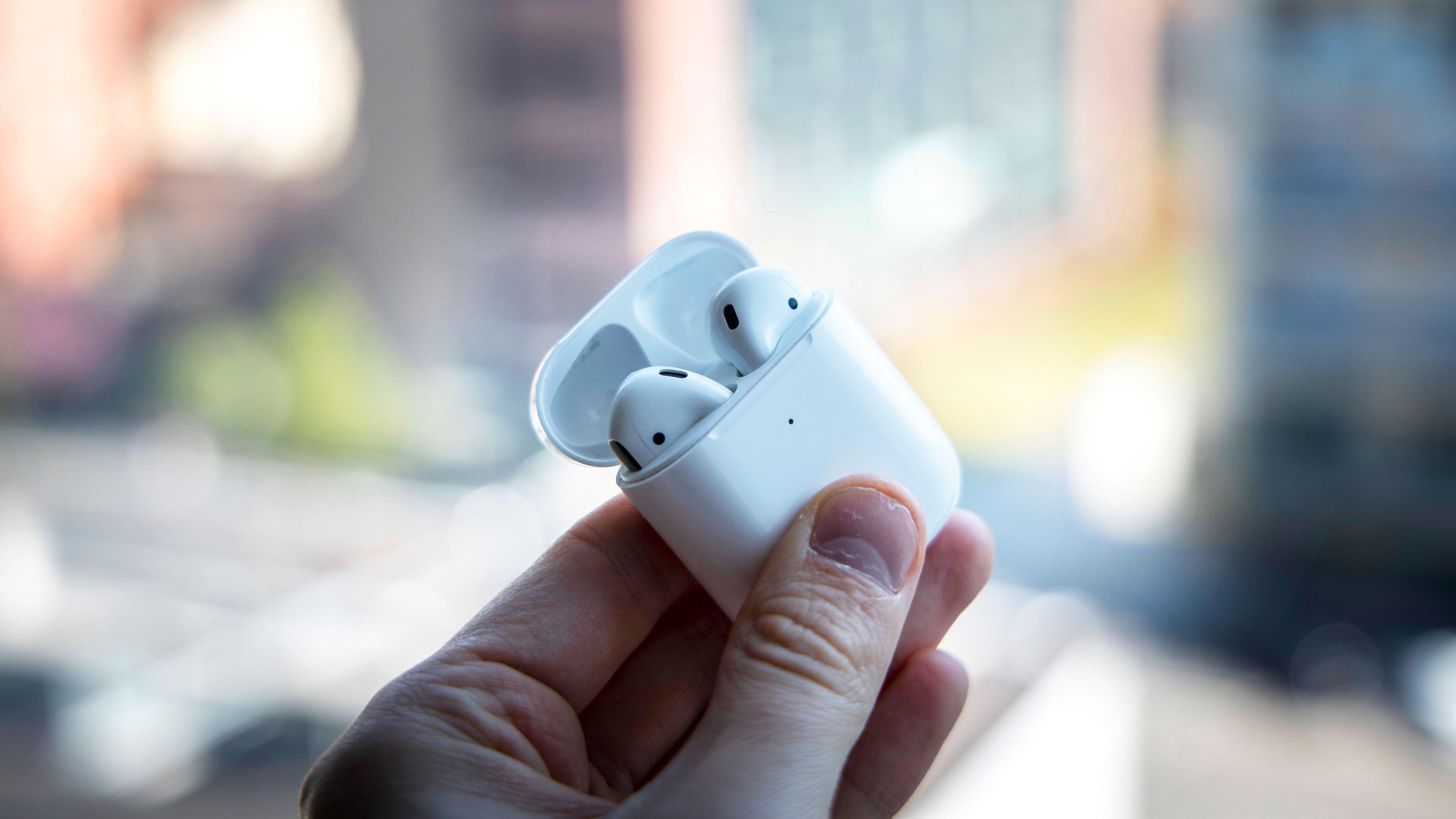 Airpods-etuiet er fortsatt blant de aller minste der ute. Apple har også truffet blink med hvordan pluggene klikker på plass og hvordan lokket sitter.