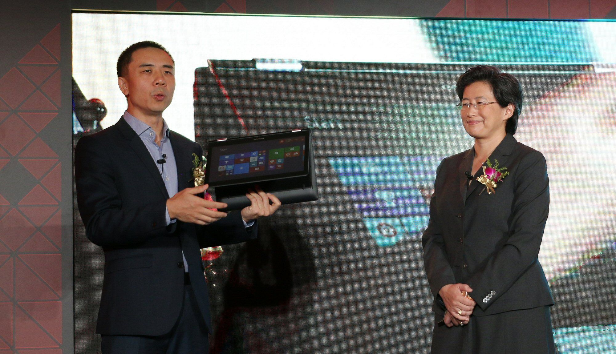 Lenovos Bai Peng viser frem en bærbar PC med Carrizo-prosessor. Foto: Vegar Jansen, Tek.no