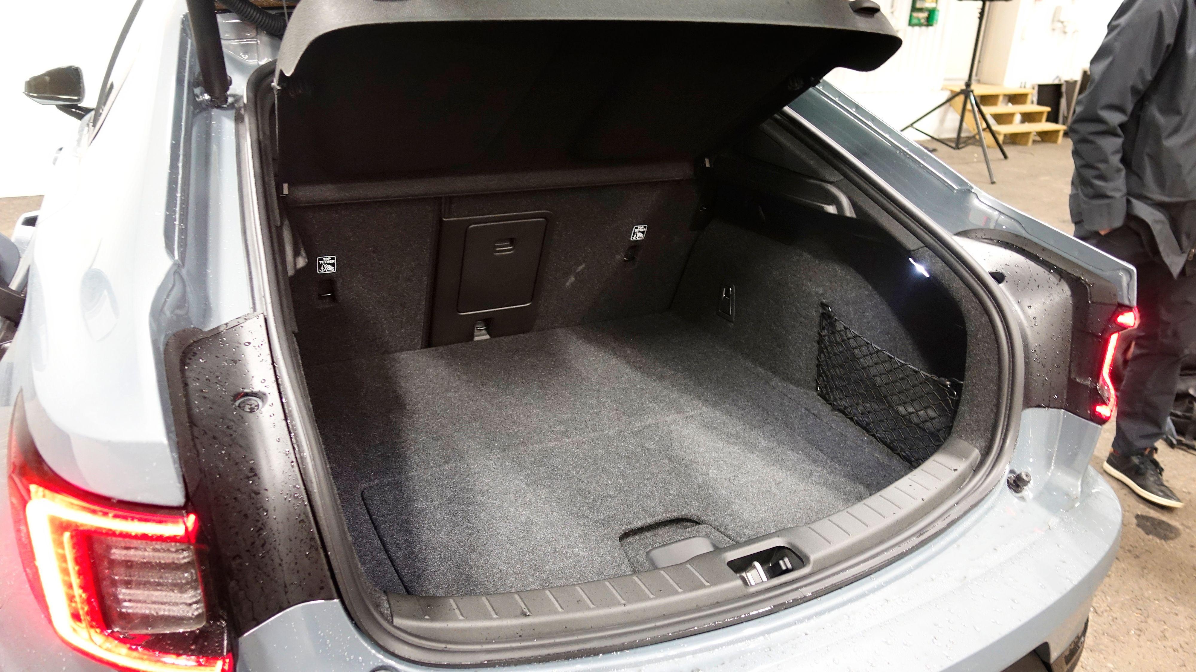 405 liter bak, inkludert 41 liter under gulvet. I tillegg kommer 35 liter under panseret. Med setene nedslått (60:40 er mulig) snakker vi 1095 liter. Elektrisk bagasjeromsluke er for øvrig standardutstyr.