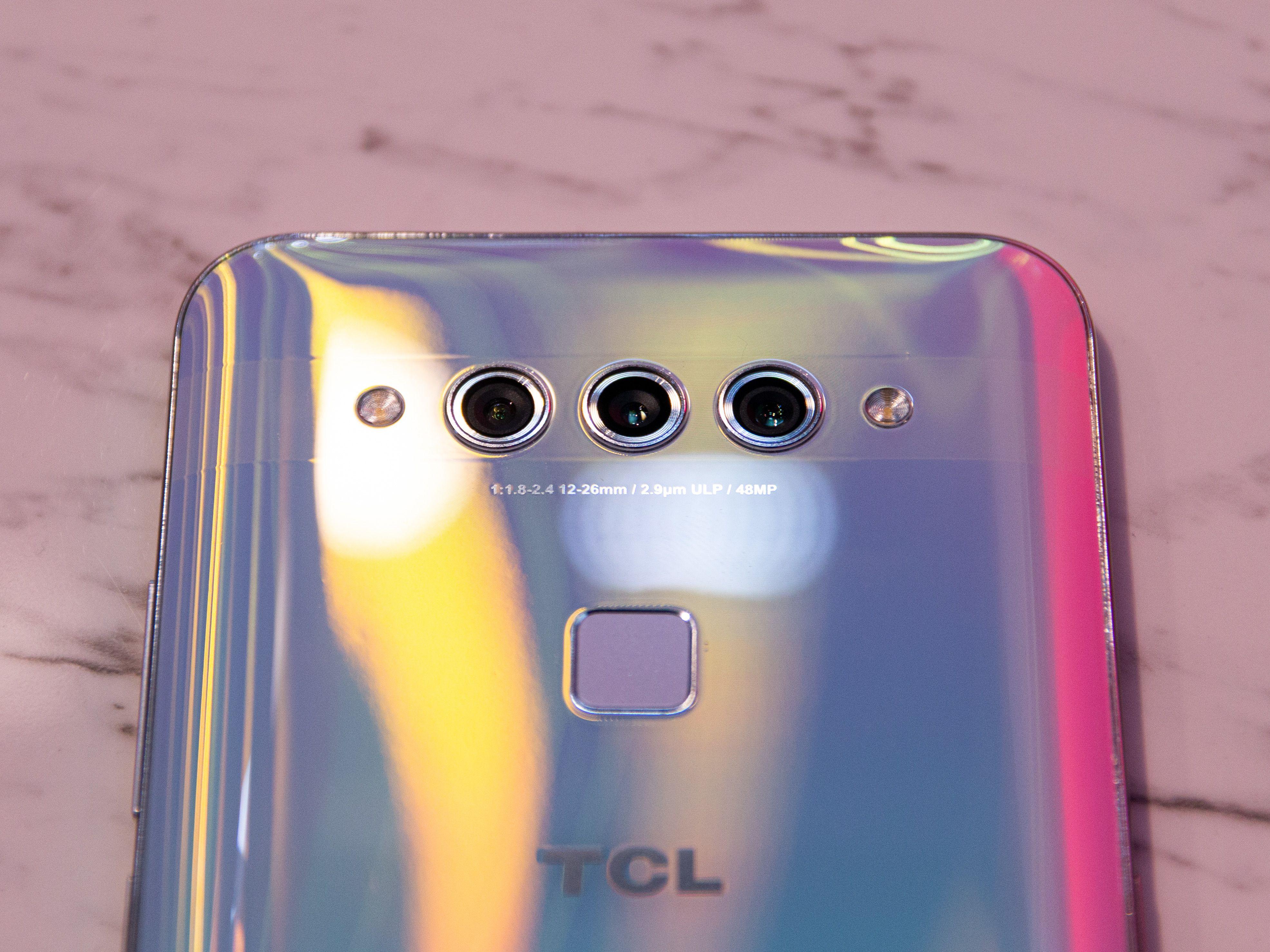 På baksiden finner du tre linser og fingersensoren. Og du: husk at denne mobilen egentlig er hvit.