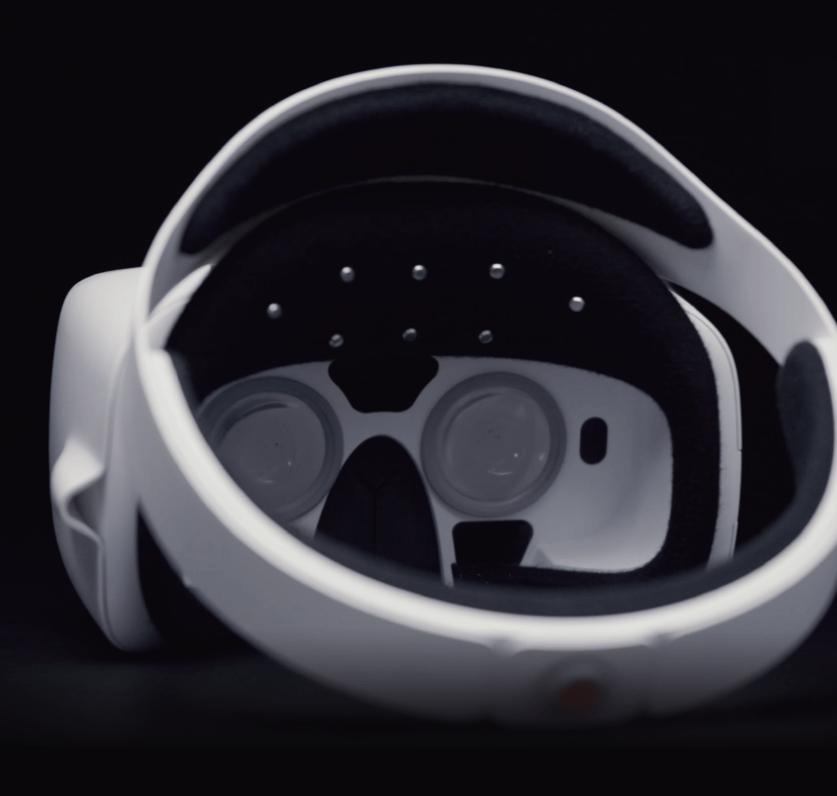 På innsiden befinner det seg seks EEG-sensorer og to kameraer som leser øyebevegelsene. Bilde: Looxid Labs