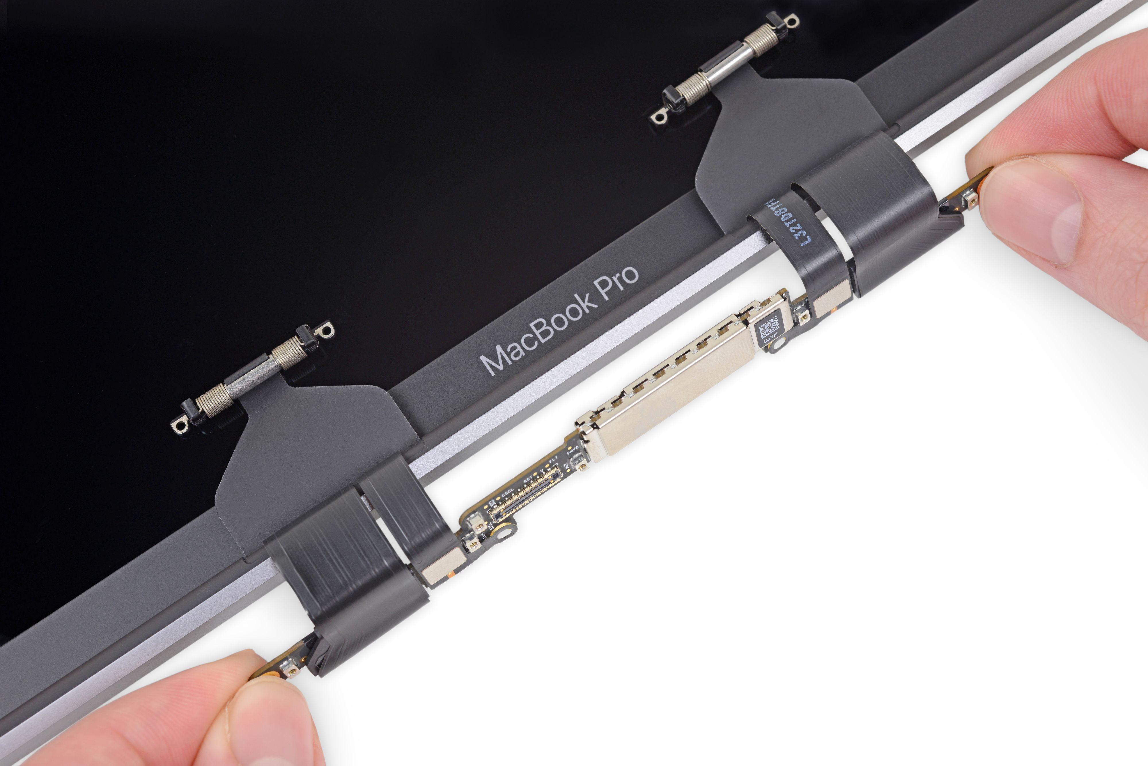 Dette er skjermkabelen til MacBook Pro som nå skaper problemer for Apple. Kabelen havner under press når skjermen åpnes og lukkes, noe som tærer på over lengre tids bruk.