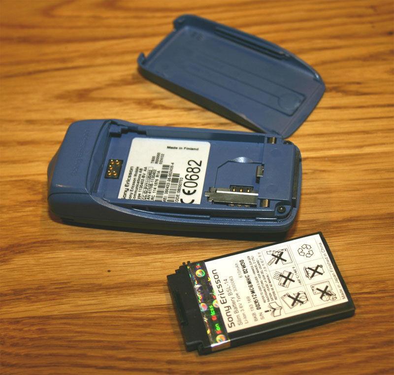 Ut med batteriet - om det går, da. Enkelte nyeere modeller som iPhone 4 og Nokia N9 har batteri du ikke kan ta ut.