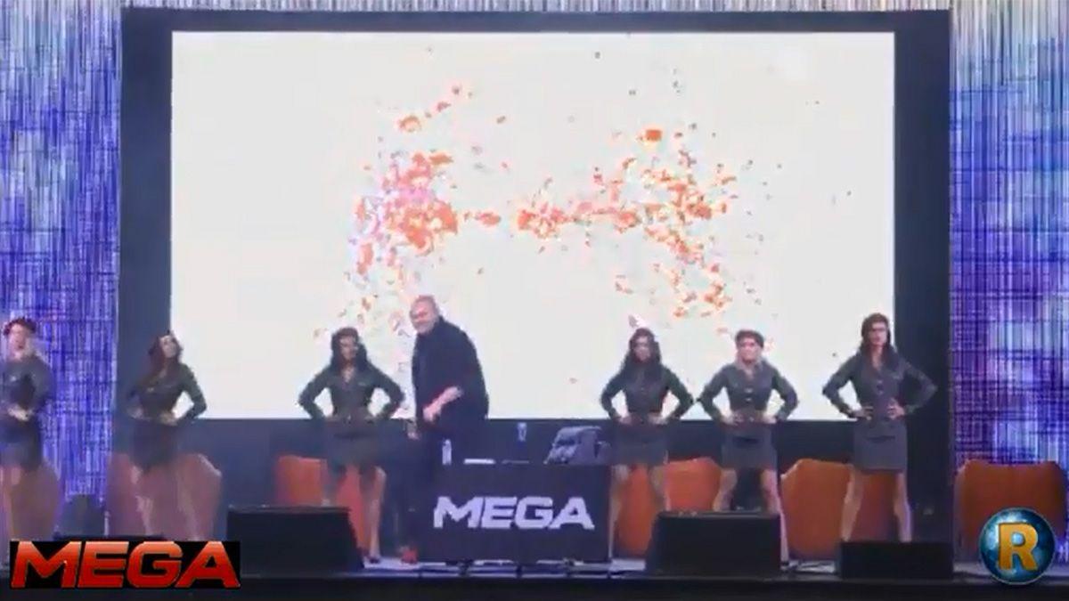 Kim Dotcom lanserte Mega omgitt av dansere i militær-aktige uniformer.Foto: youtube.com/wwwiRMEes