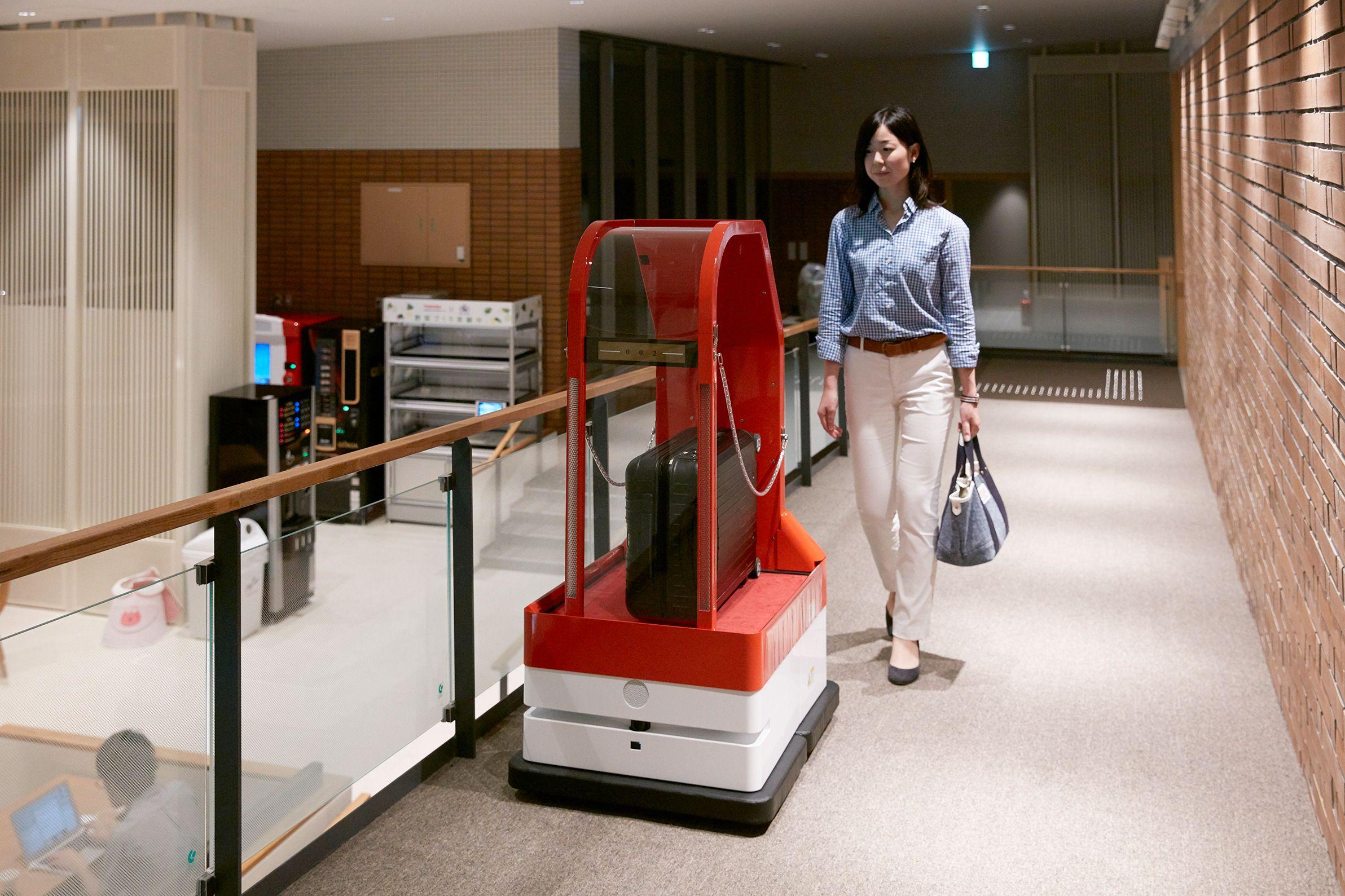 Hoteller bruker også roboter til å frakte bagasjen, blant annet.