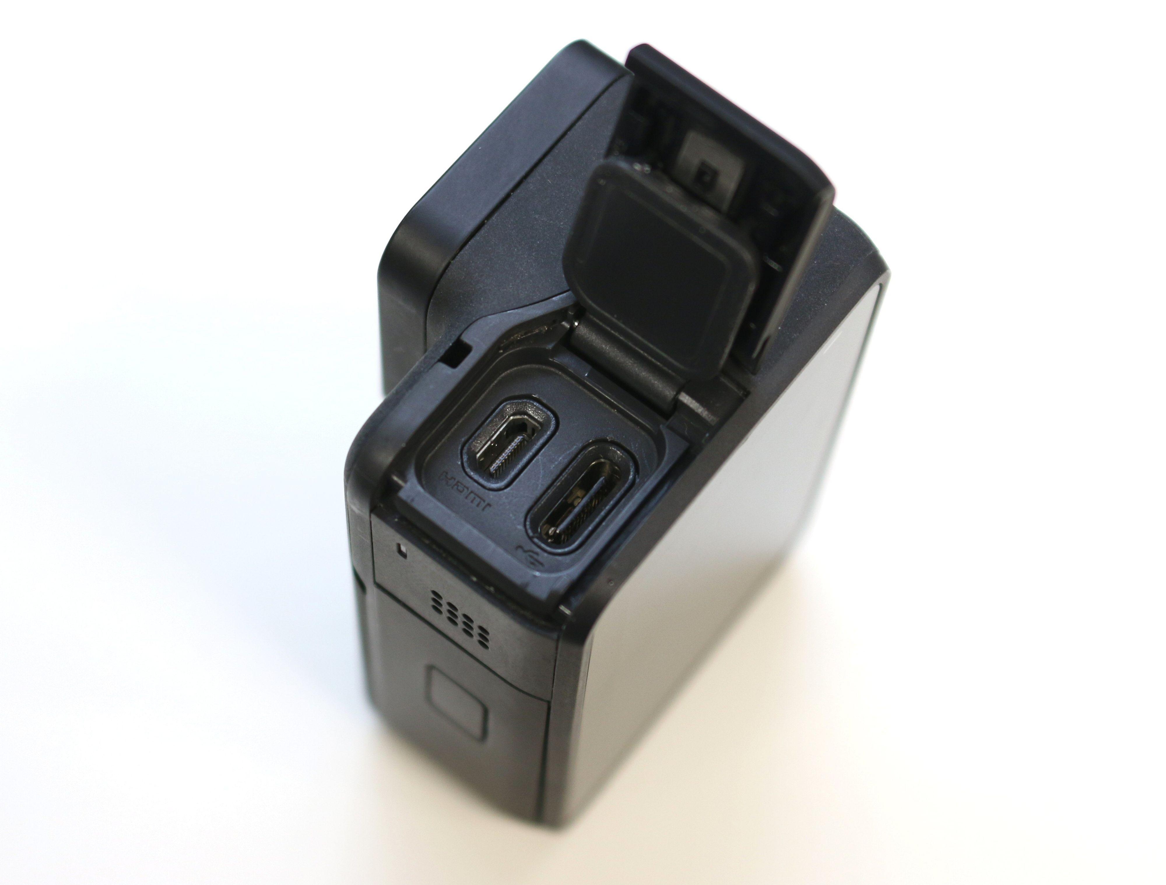 Hero7 Black har to vanntette luker for lading (USB-C), HDMI, microSD-kort og batteri.