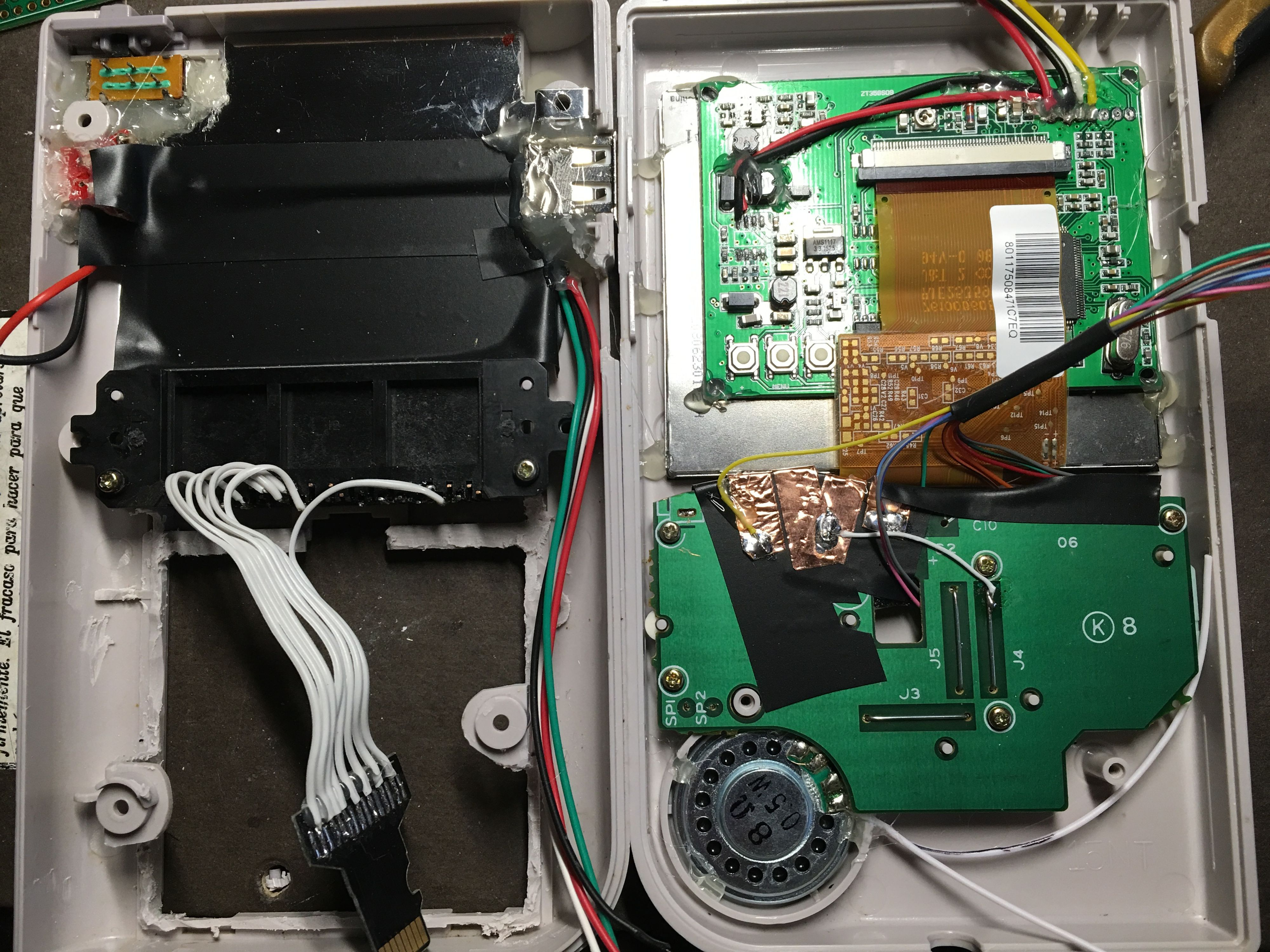 Innsiden av den hjemmesnekrede maskinen under byggingen.