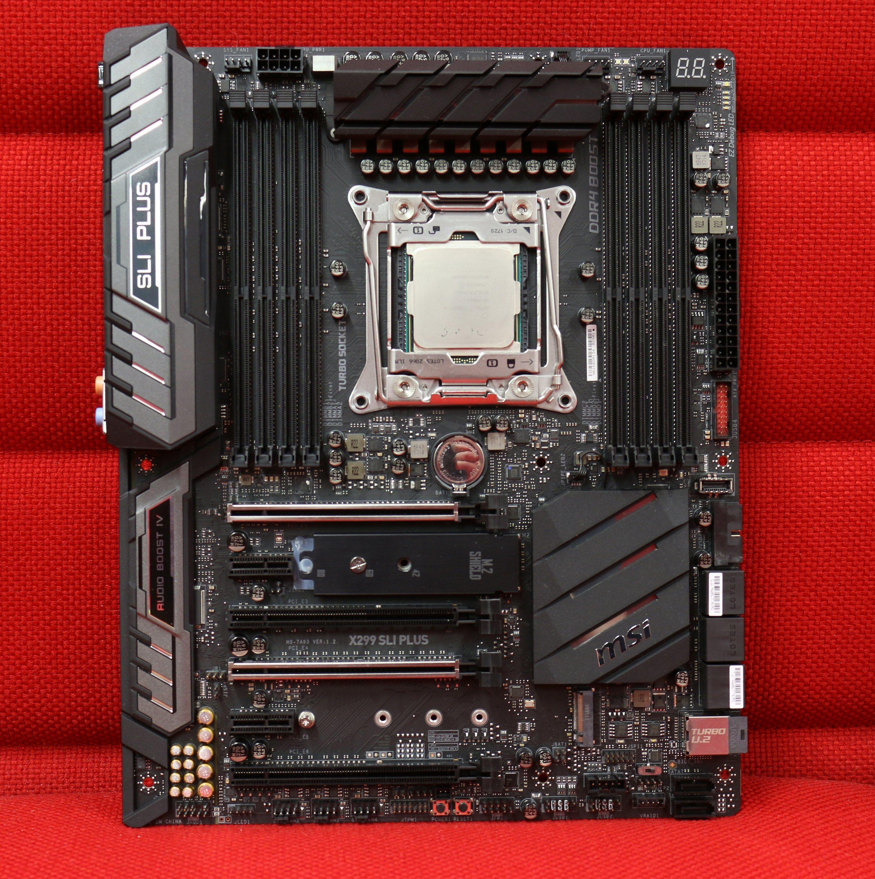 MSI X299 SLI Plus på den røde redaksjonssofaen.