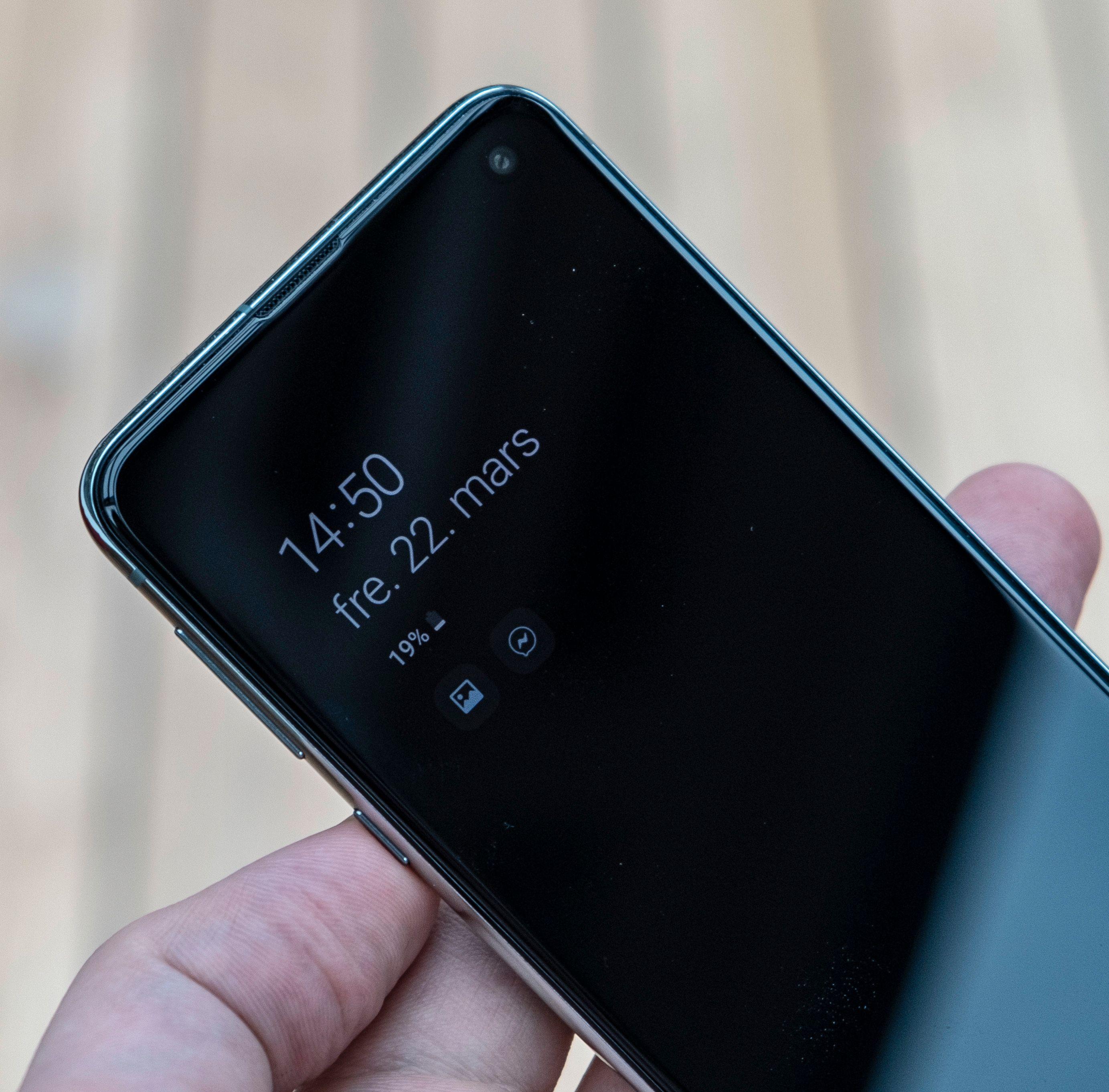 Liten telefon betyr relativt lite batteri. Men telefonen klarer seg som regel fra morgen til kveld, selv om du bruker den mye.