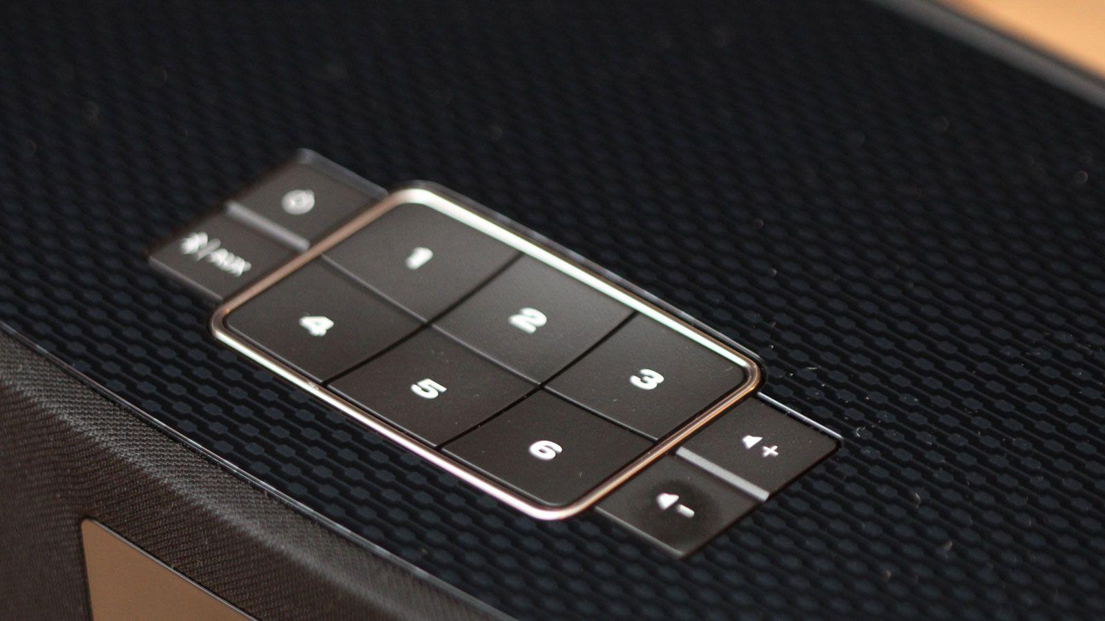 Detalj fra toppen av Bose SoundTouch 30. De samme tastene finner du på modellene 20 og 10, samt på fjernkontrollen og i appen. Foto: Espen Irwing Swang, Tek.no