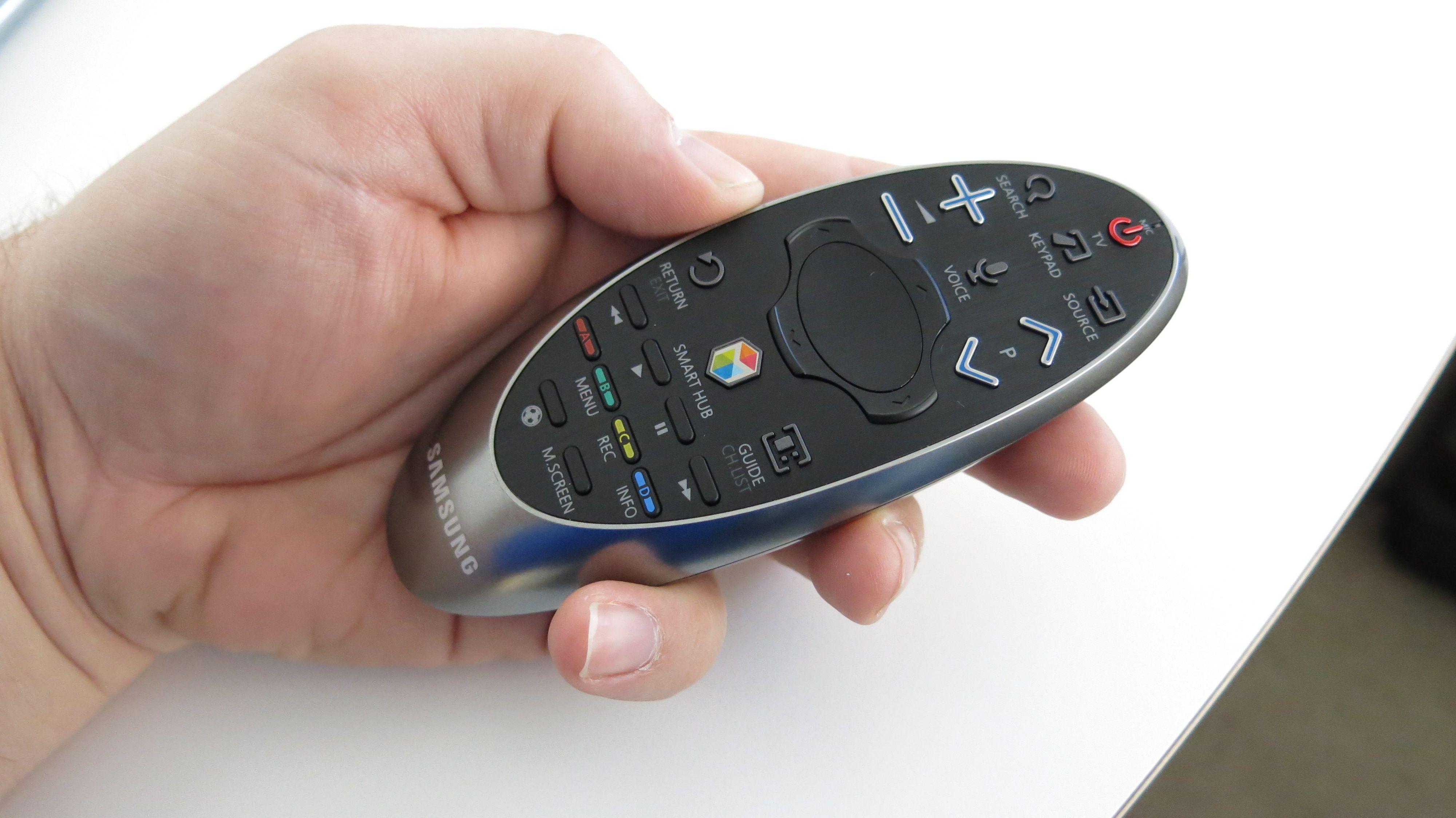 Den nye fjernkontrollen til H8005 kan brukes til å peke mot TV-en.Foto: Ole Henrik Johansen / Hardware.no