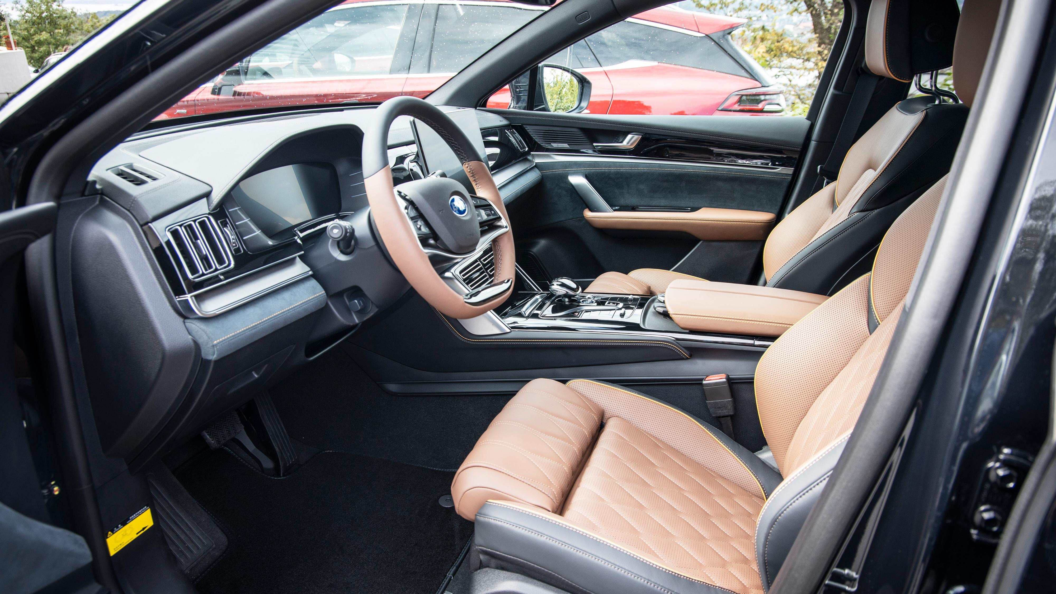 Innvendig er Tang en påkostet bil, med elektriske skinnseter, alcantaradetaljer og andre myke flater de fleste steder.