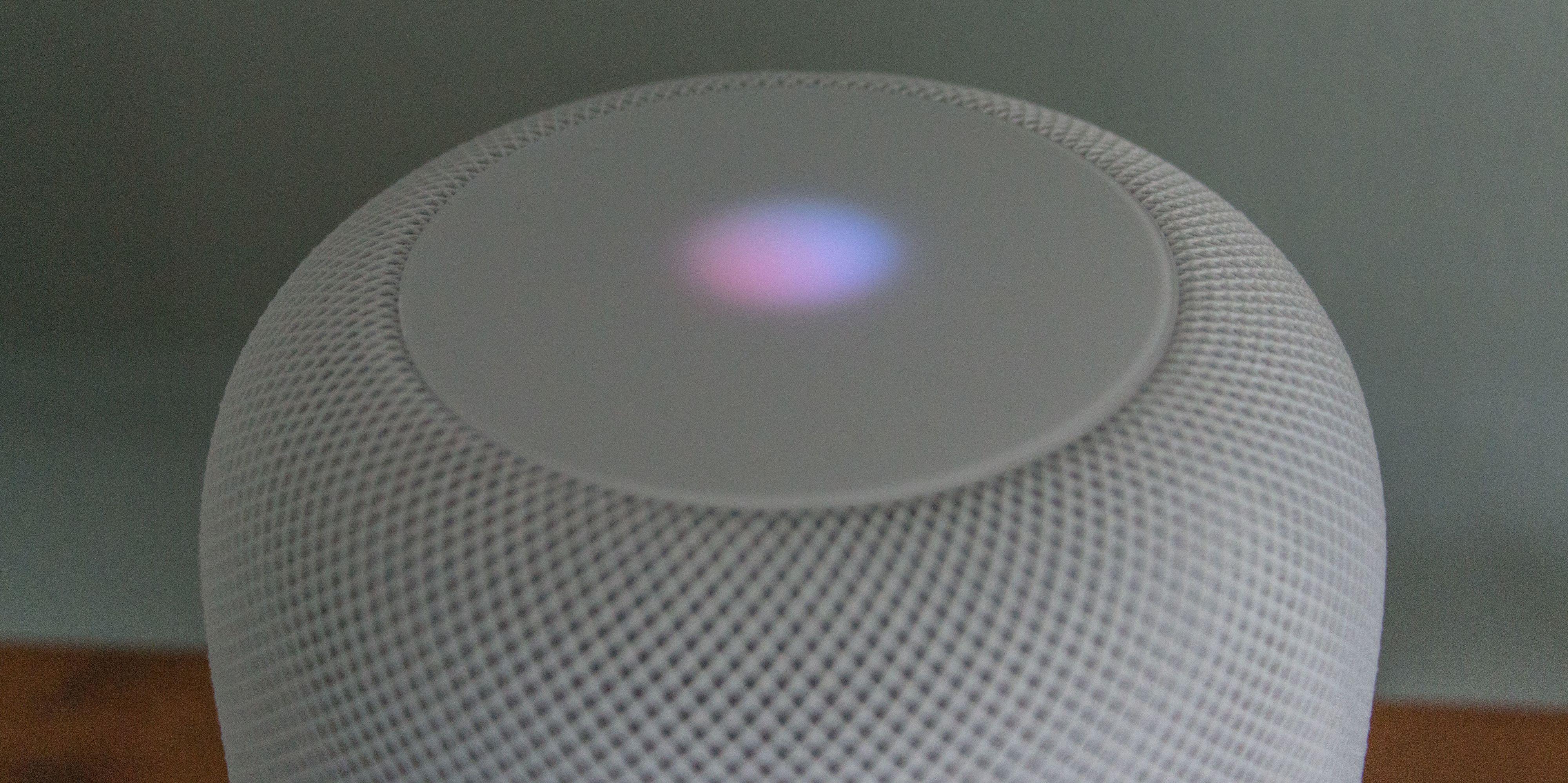 Det pulserende lyset på toppen signaliserer at Siri er aktiv.