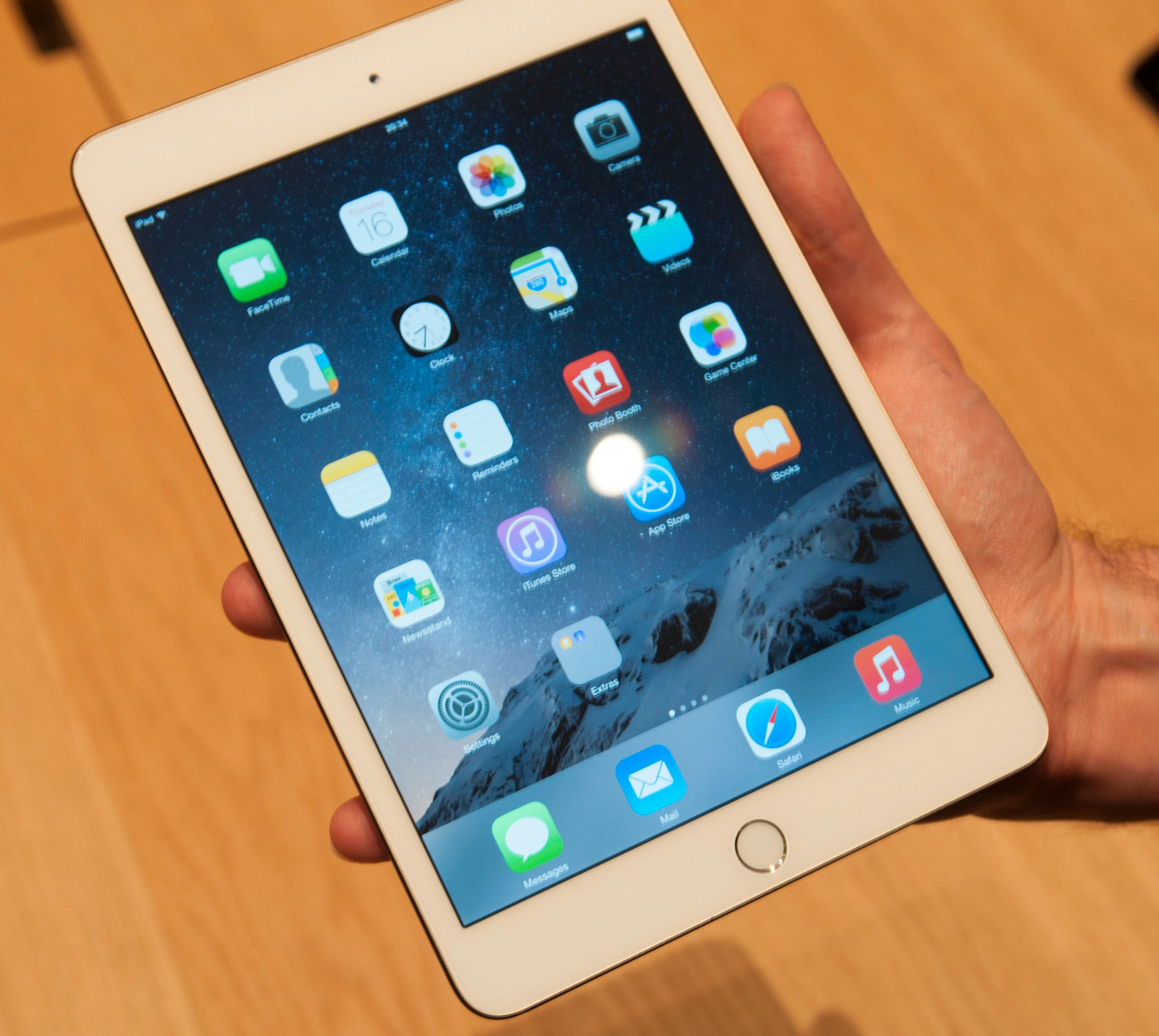 iPad Mini 3 har fått Touch ID-sensor, men er ellers likt nettbrettet vi kjenner fra før. Det innebærer også en skjerm som reflekterer mer lys enn den du finner i iPad Air 2. Å vise akkurat hvor stor forskjellen er på bilder er imidlertid ikke så lett.Foto: Finn Jarle Kvalheim, Tek.no