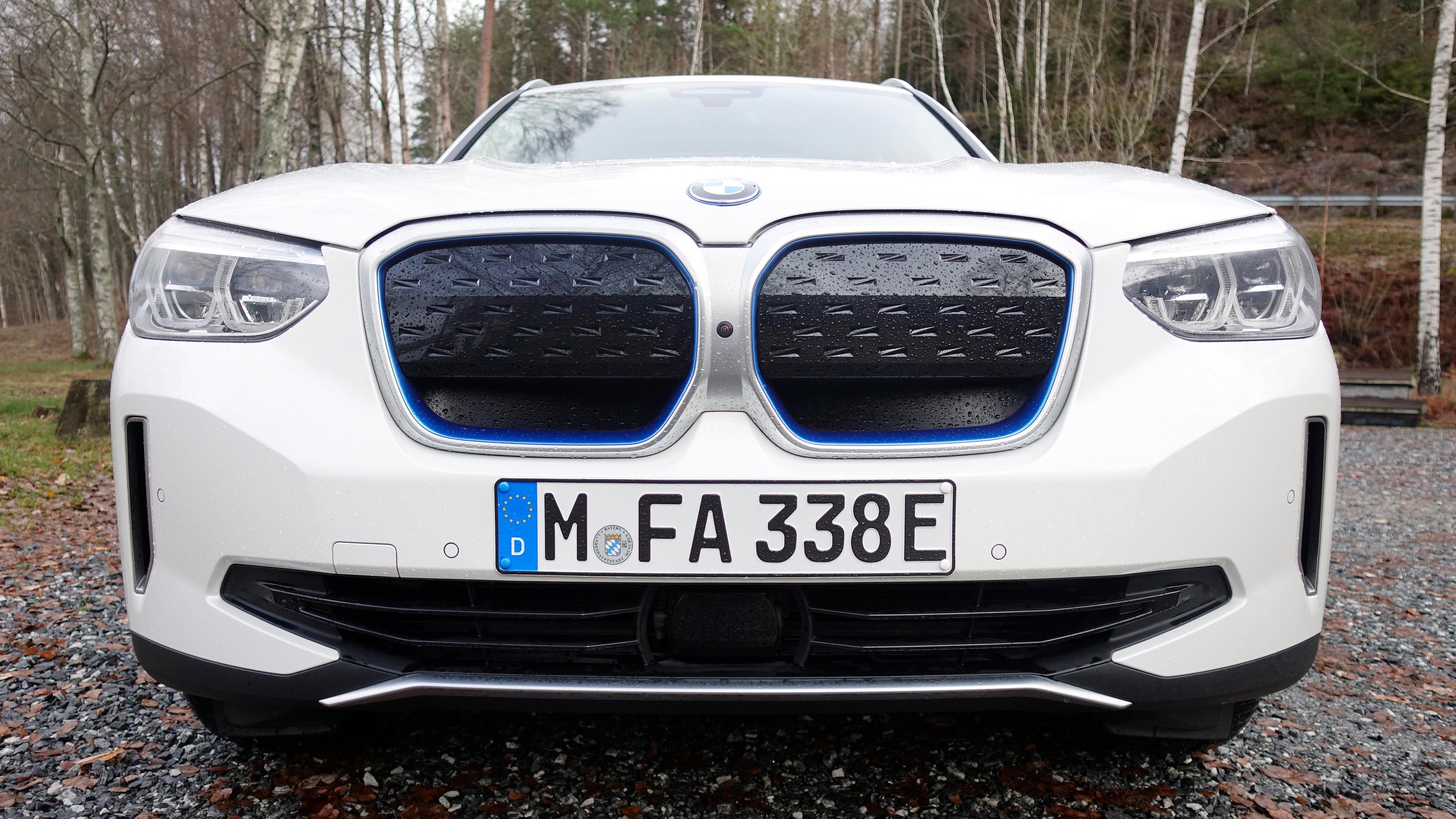 Lite skiller iX3 fra den vanlige X3-modellen. Som vanlig for BMWs i-modeller er imidlertid den blå aksentfargen ganske prominent.