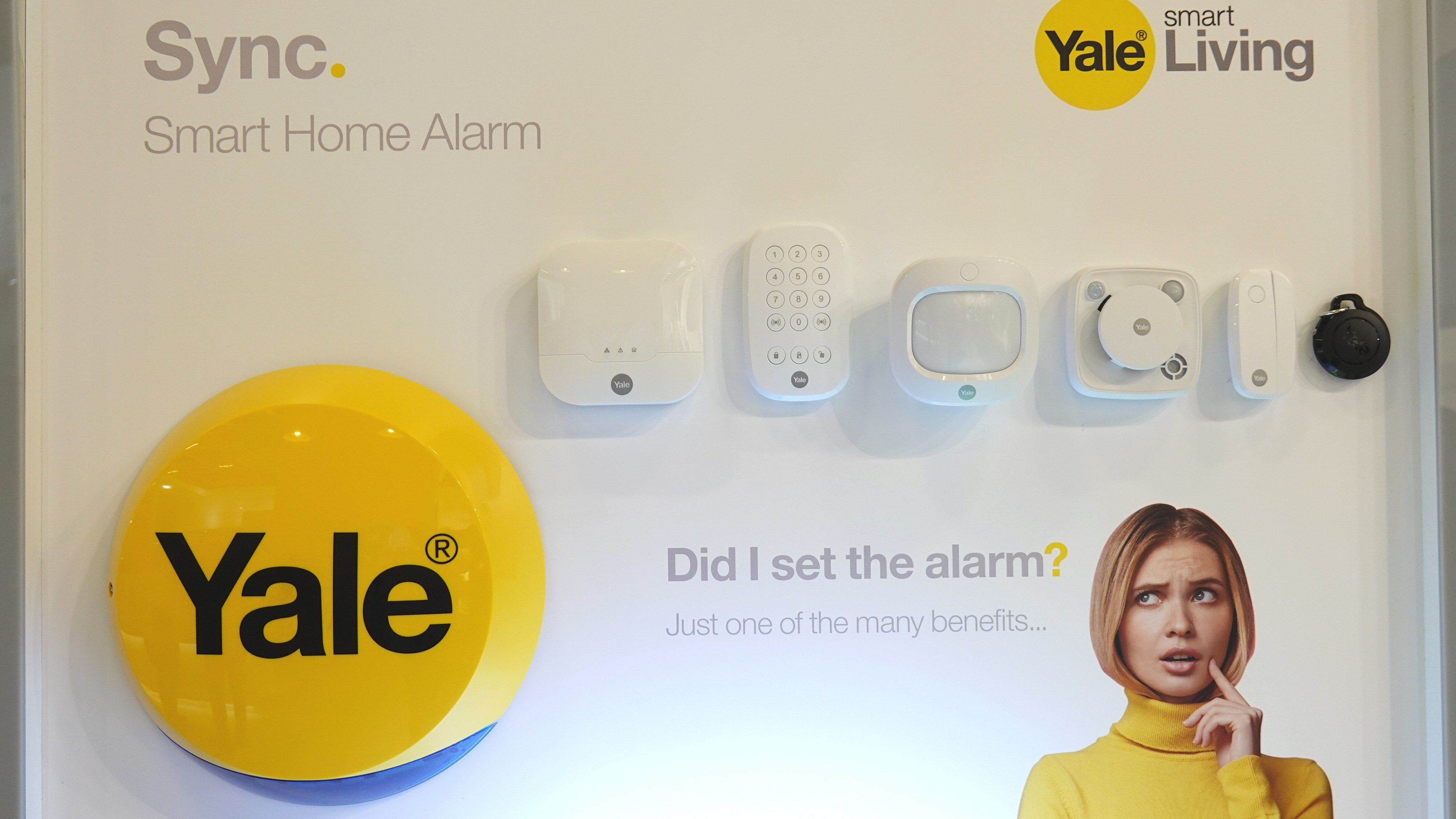 Sync byr på ny kontrollboks, nye sensorer og ny design. Den runde gule boksen nede til venstre er en utvendig «nabovarsler» som blinker og uler hvis alarmen går. Dette er ikke vanlig her hjemme, men er å betrakte som standard i en del andre land.