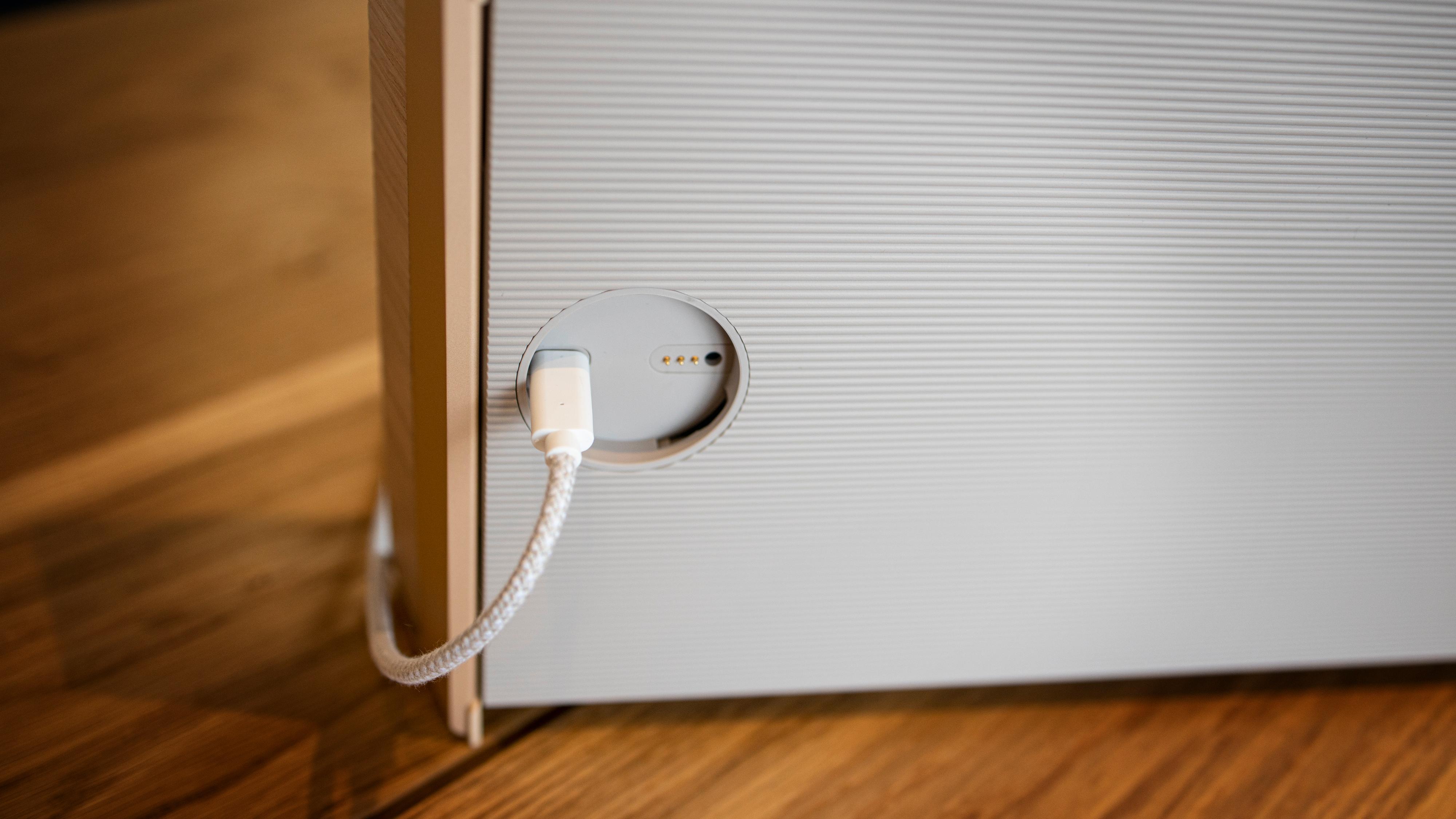 Du kan lade med USB-C-kabelen også. Under panelet finnes for øvrig også en minijack- og en ethernet-port.
