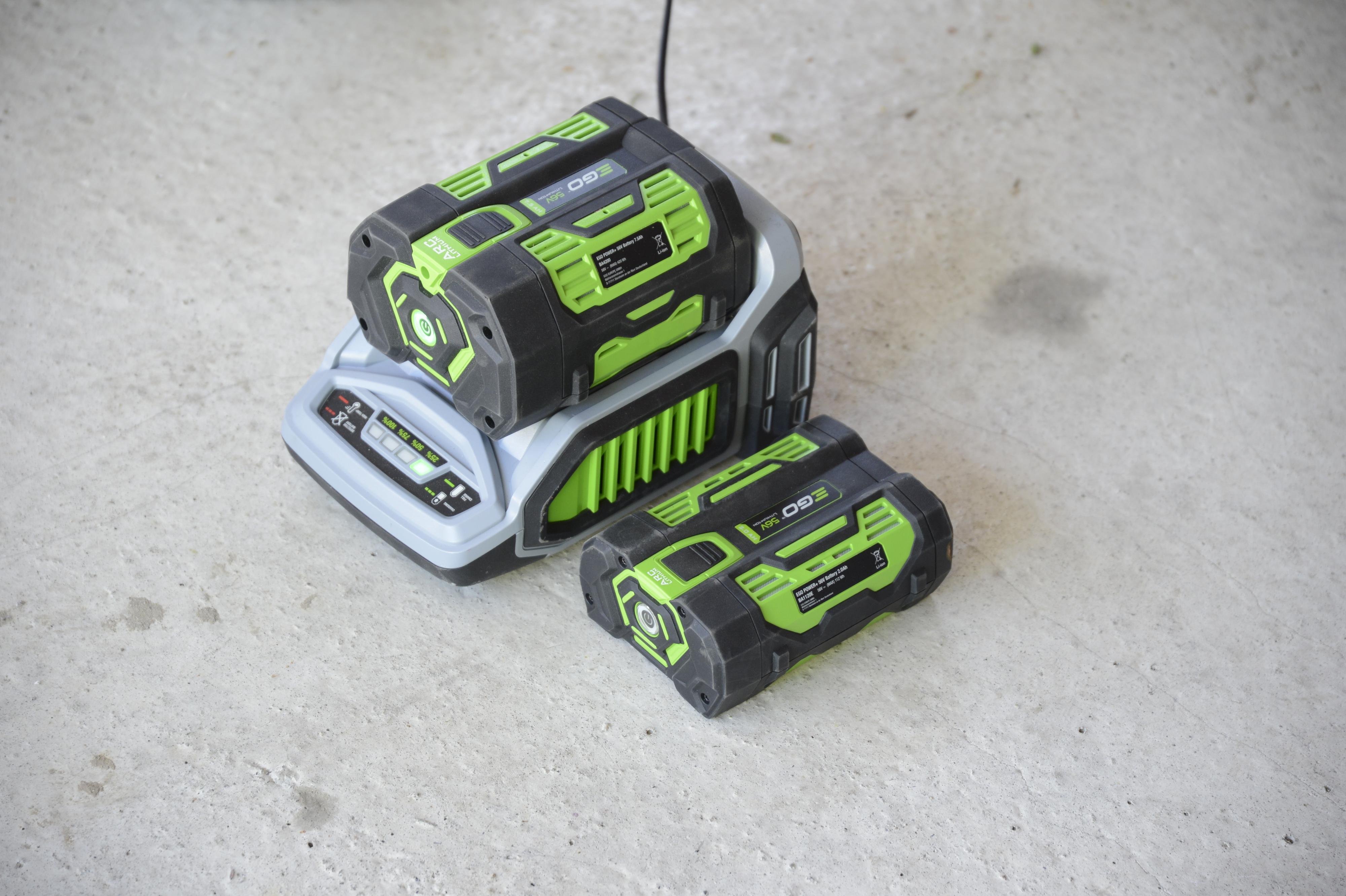 Hurtigladeren bruker kort tid på å lade opp de to batteriene.