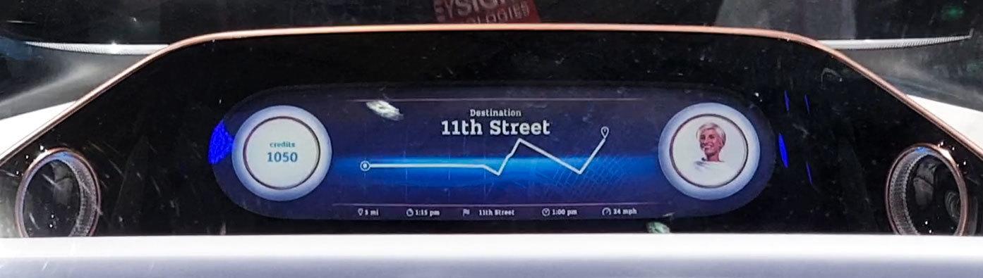 Dashbord-skjermen kan vise mye rart, og siden dette er en konseptbil fikk vi se en rekke forskjellige alternativer. Vi fikk se alt fra videofilmer som ble spilt av til et helt enkelt kart som kunne vise hvor langt unna destinasjonen du var.