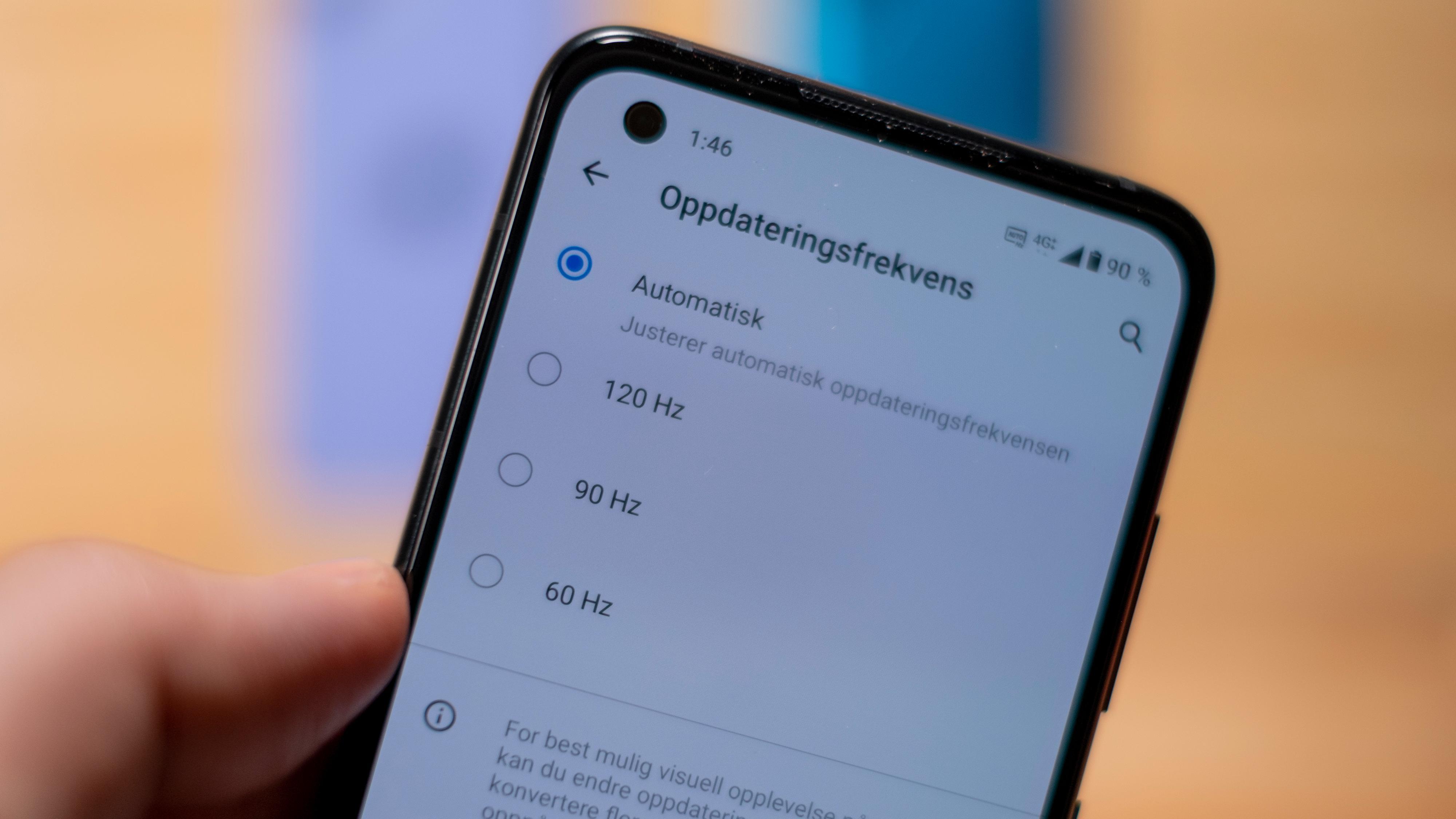Du kan velge mellom flere ytelsesnivåer for skjermen. Det som gir best ytelse og batteritid er å la telefonen styre det selv, men du kan tvinge skjermen til å kjøre ved 120 hertz hele tiden, om du vil.