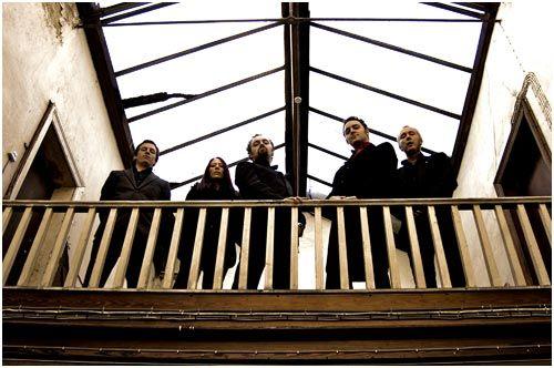 De fem i Scaramanga Six gir inntrykk av at de er supergode rockere, noe de på ingen måte er.