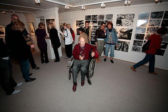 Carl Nesjar på åpningen av utstillingen hans