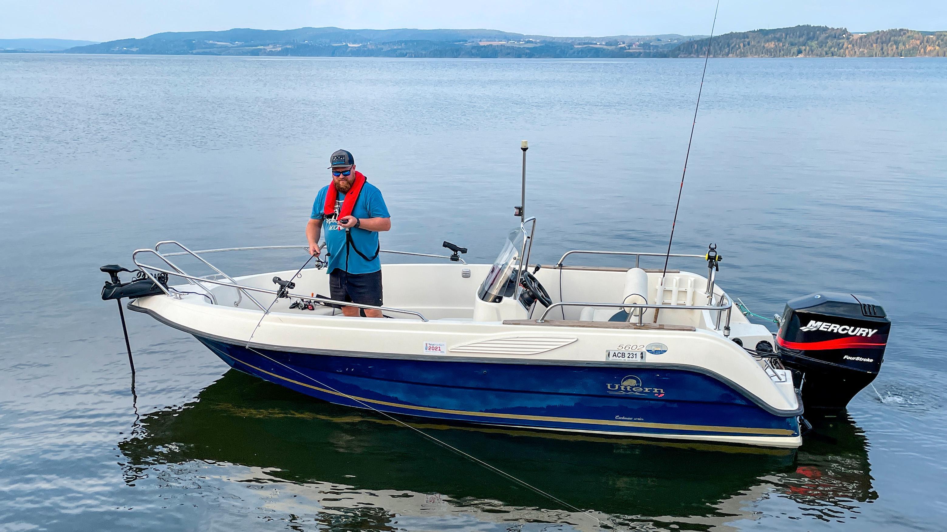 Fjernstyrt motor i sitt rette element. Lite er mer irriterende enn å drive avsted når vannet rundt båten er stappfullt av fisk. En fjernstyrt baugmotor som denne er perfekt til å holde deg på riktig sted. Den kan også brukes som svært stillegående dorgemotor.