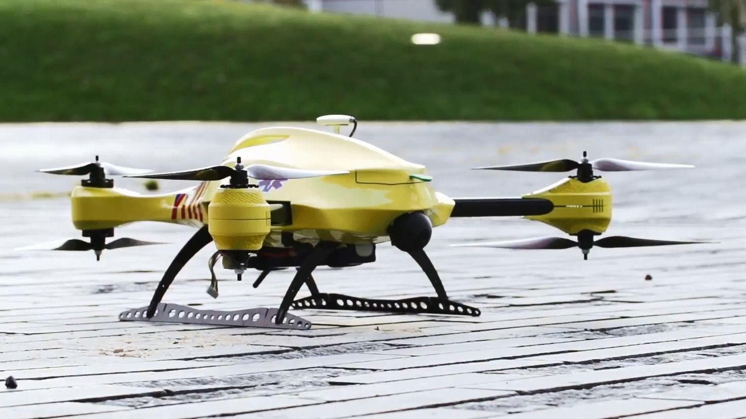 Her ser du ambulanse-dronen til 23-åringen Alec Momont.Foto: YouTube