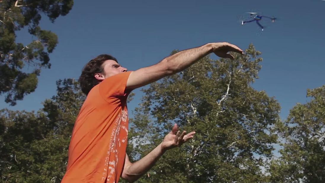 Dronen skal kunne sendes avgårde med bare en håndbevegelse.Foto: Intel/YouTube