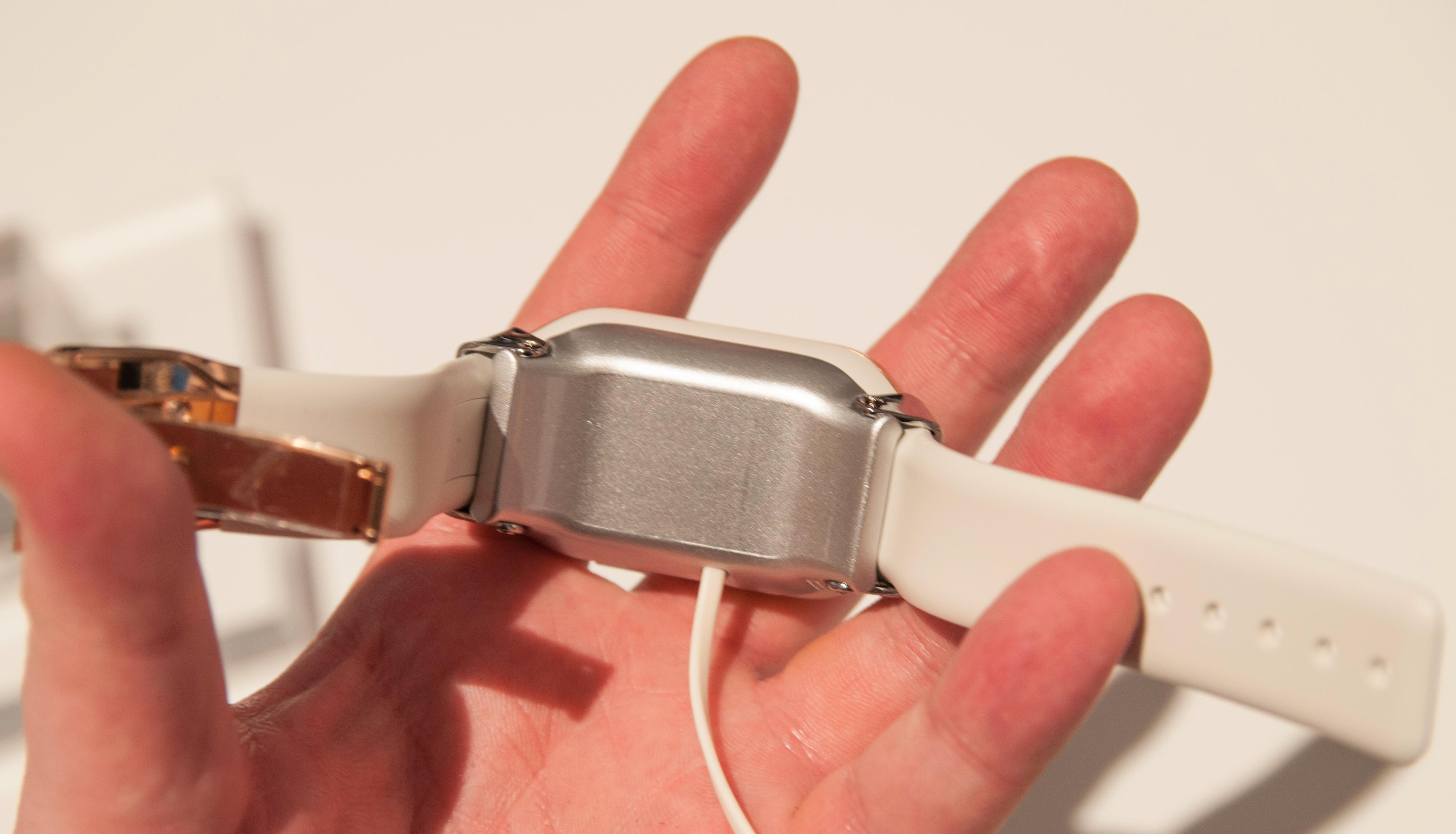 """Samsung hadde kledt på klokken en """"tvangstrøye"""", så akkurat hvor god den er å ha på vet vi ikke før vi får testet den skikkelig.Foto: Finn Jarle Kvalheim, Amobil.no"""