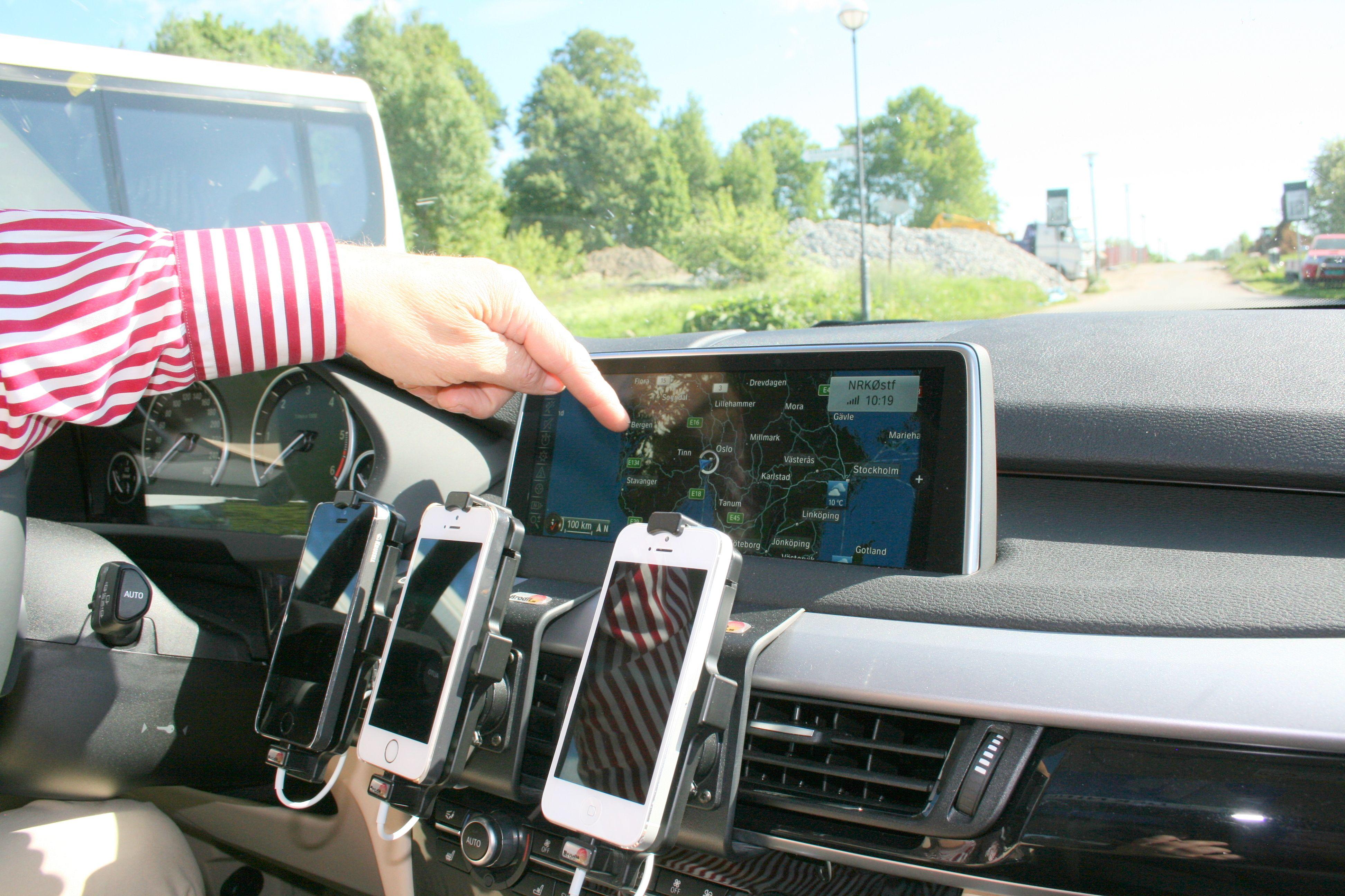 Amundsen viser frem én av to navigasjonsløsninger i BMW-en.