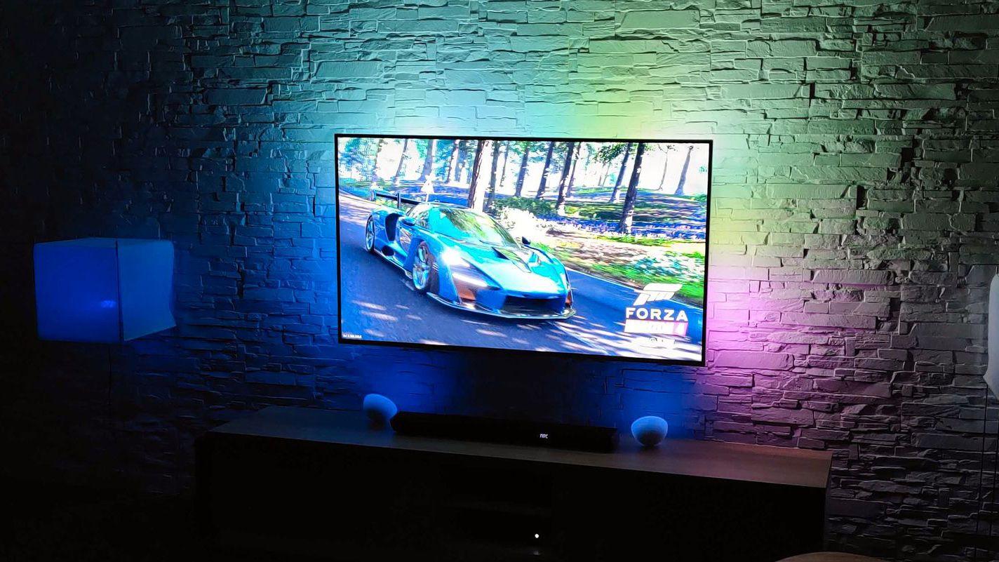 Philips viste frem en drøss av nye TV-er. Samtlige har selskapets patenterte lyssystem bak, kalt Ambilight.